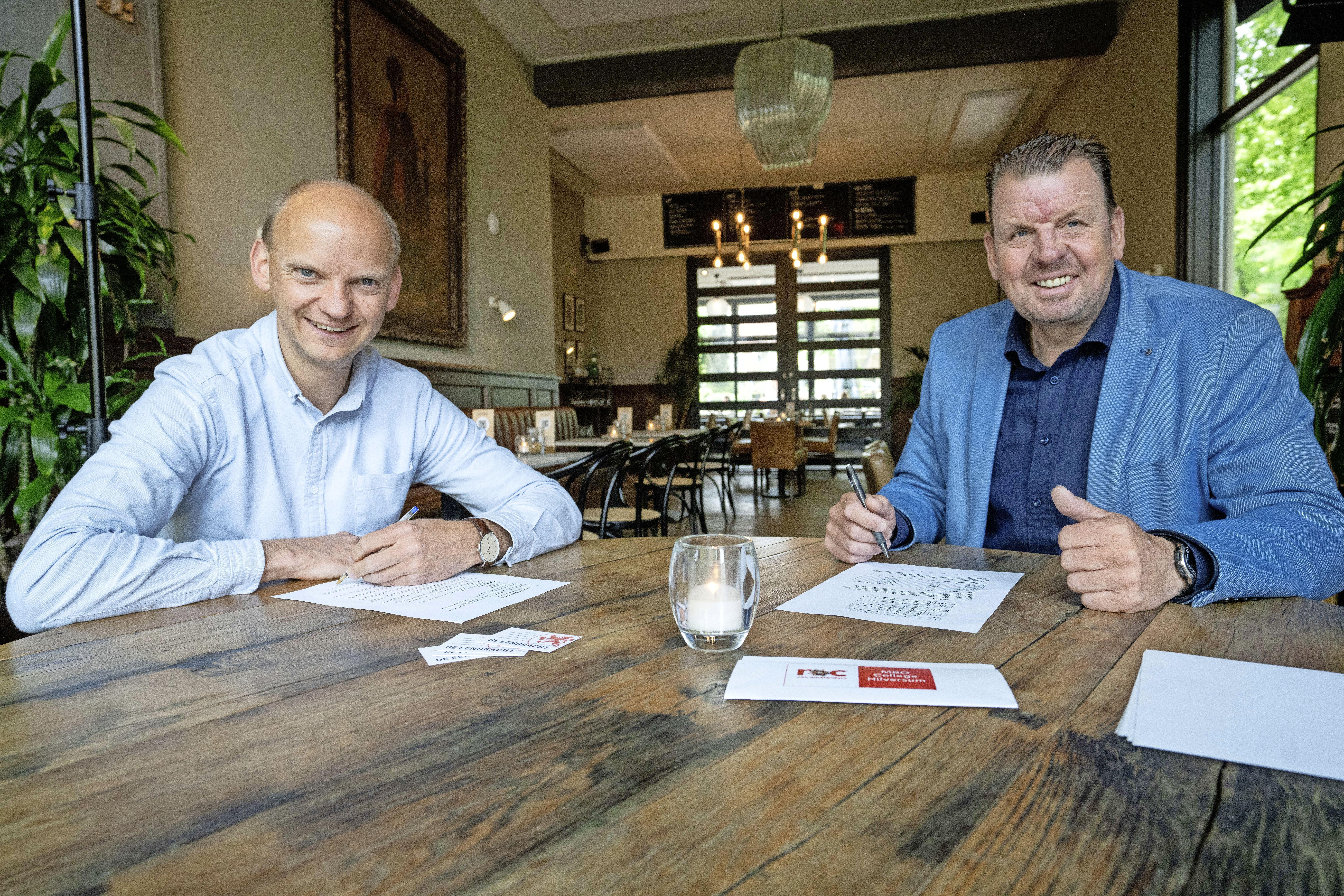 Niet meer naar school maar leren 'on the job'; MBO College Hilversum en restaurants De Eendracht starten nieuwe horeca-opleiding