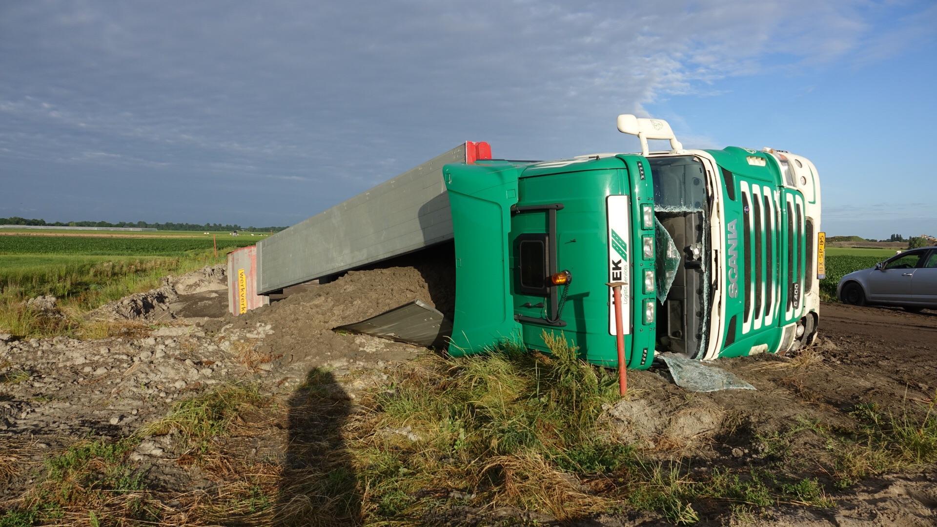 Vrachtwagen kantelt bij werkzaamheden aan Westfrisiaweg in Hoogkarspel