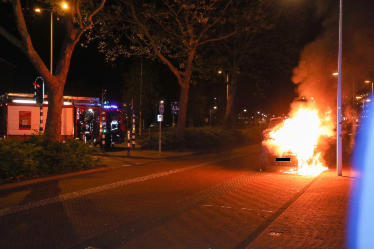 Bedrijfsbus zwaar beschadigd door brand in Leiden
