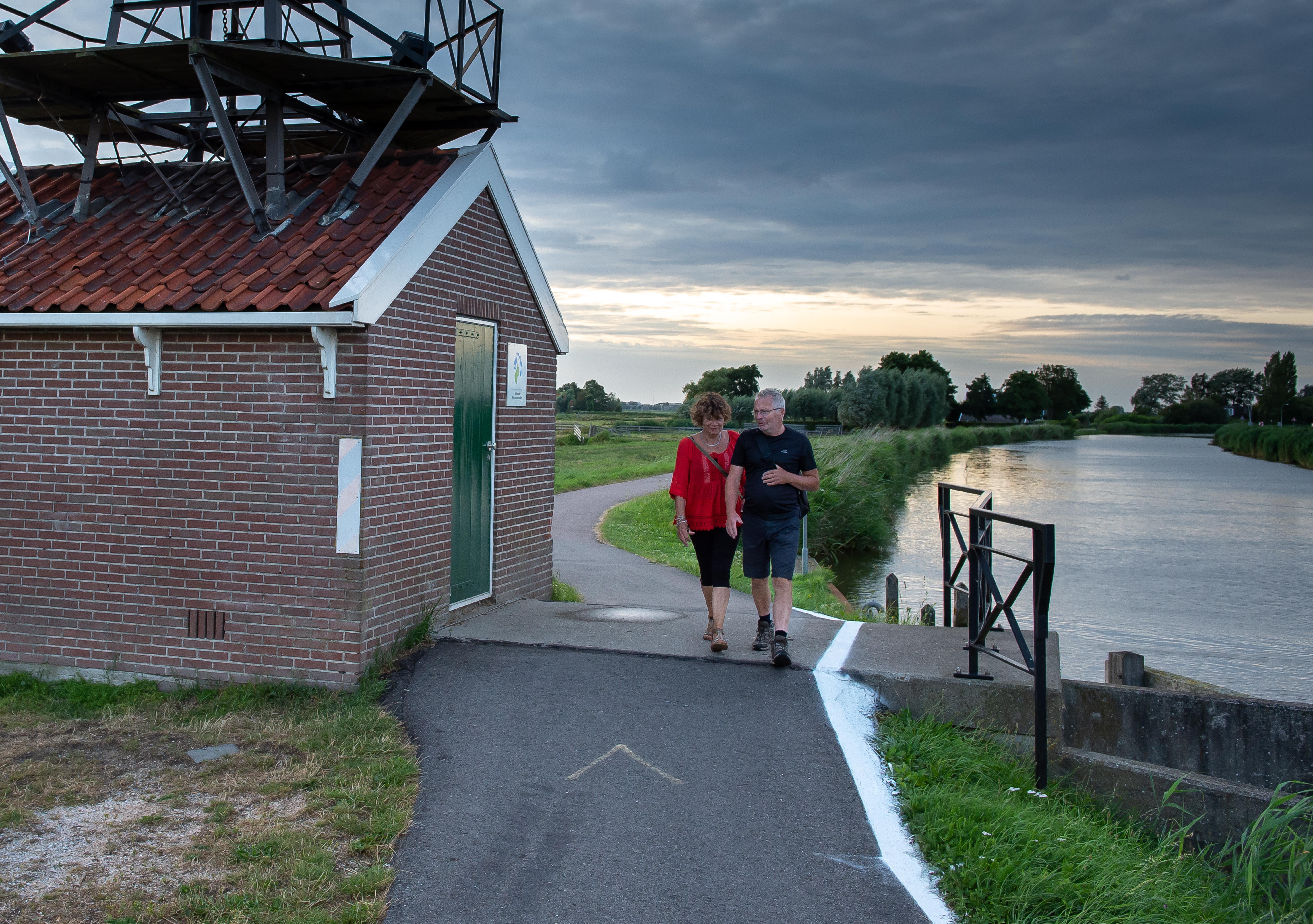 Witte streep als veiligheidsmaatregel na incidenten met scootmobiel en driewieler in Wormerringvaart; slachtoffer mijdt voortaan brug