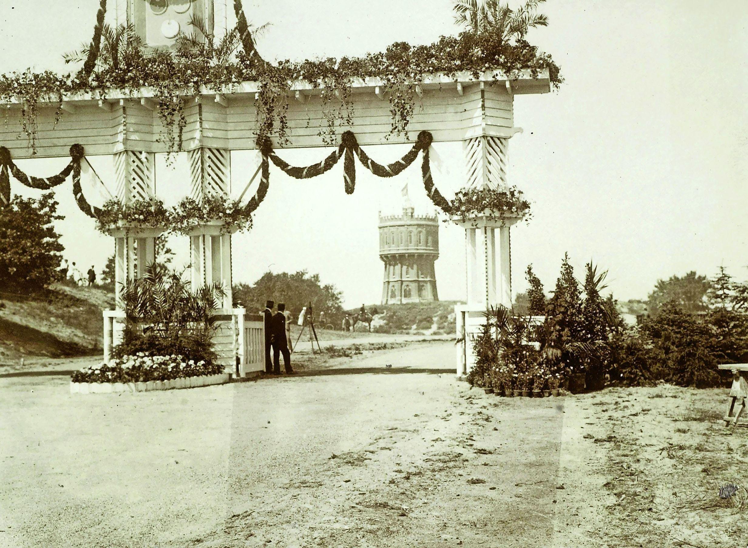 Zeeweg op maand na honderd jaar geleden geopend