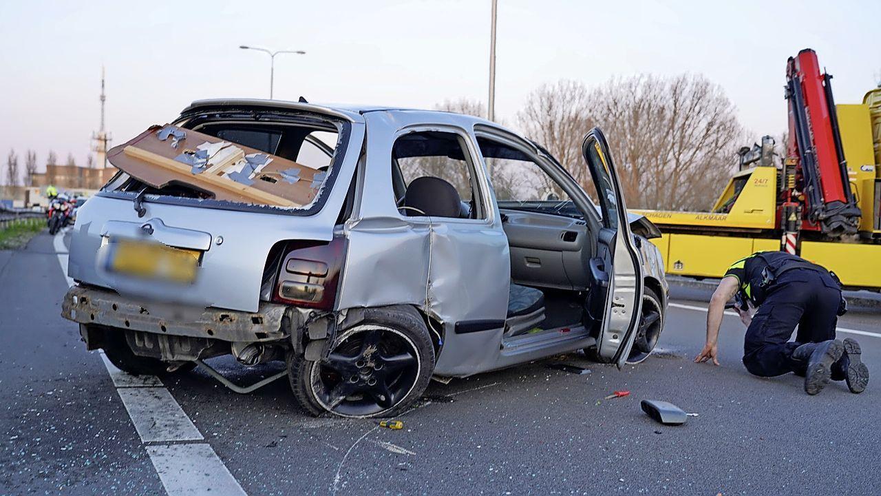 Auto rijdt door middenberm, botst tegen vangrail en laat spoor van vernielingen achter in Alkmaar (N242)