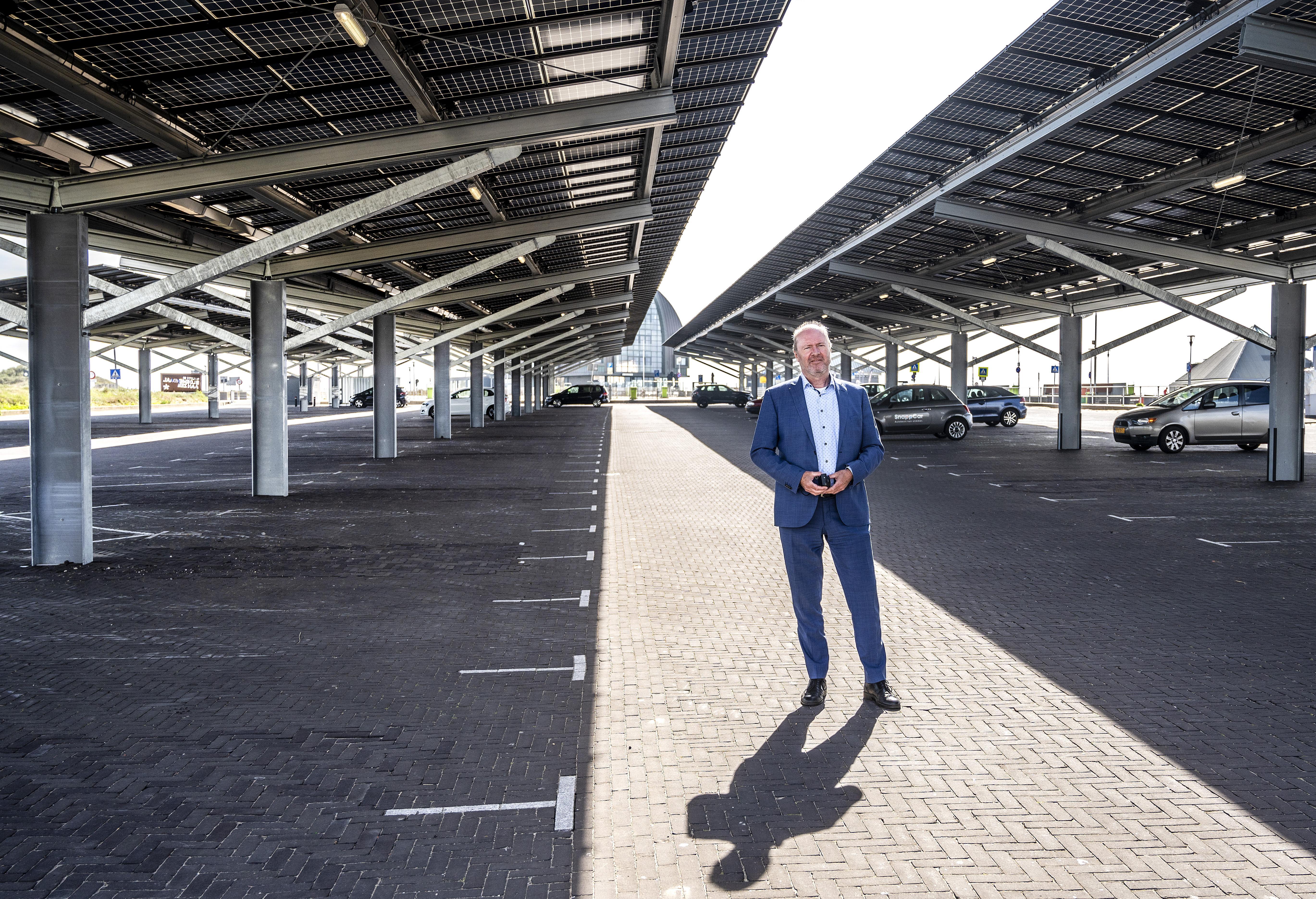 Eerste openbare parkeerplaats in Nederland met een dak van zonnepanelen is in Bloemendaal: energie voor zeshonderd gezinnen