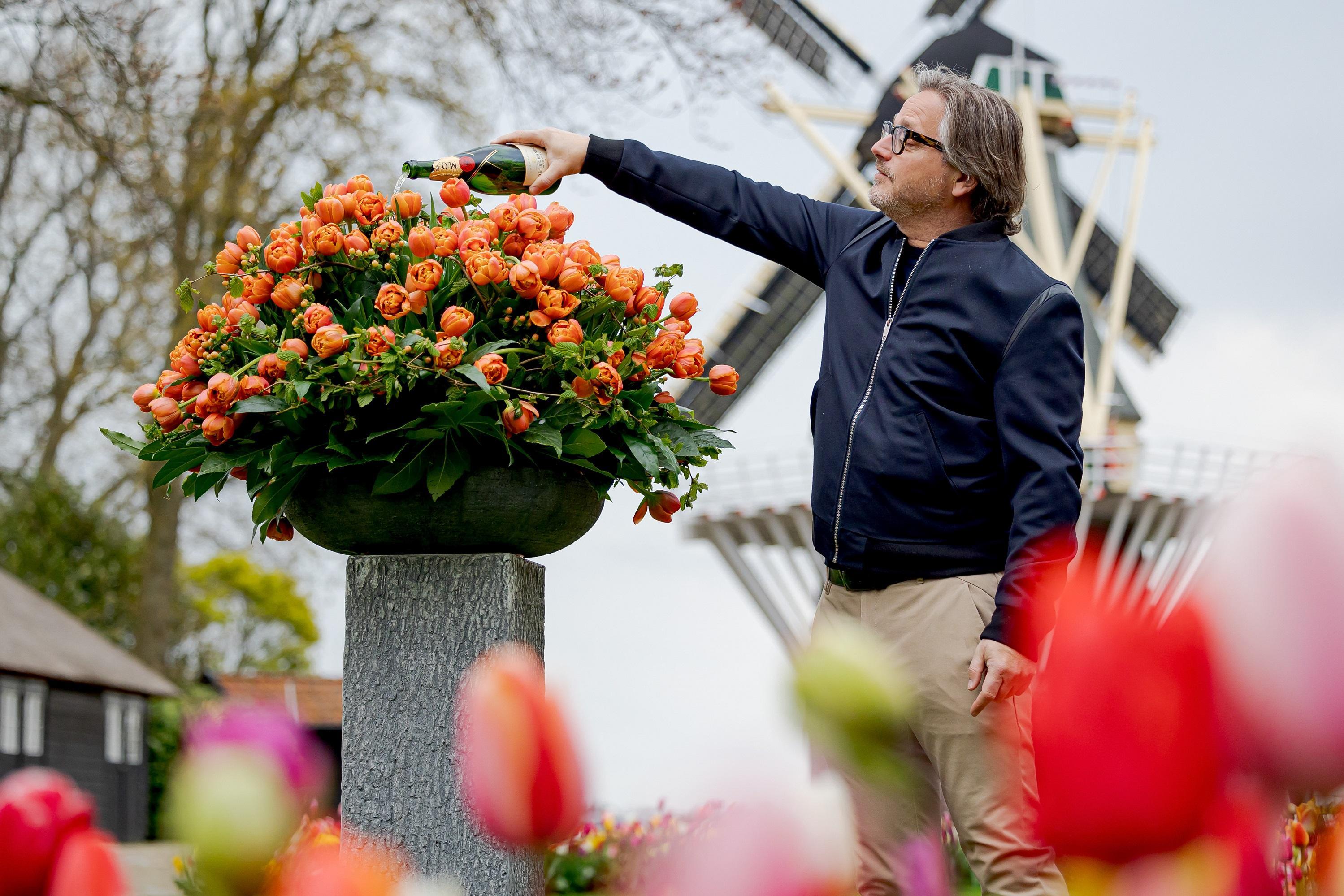 Guus Meeuwis doopt tulp in Keukenhof