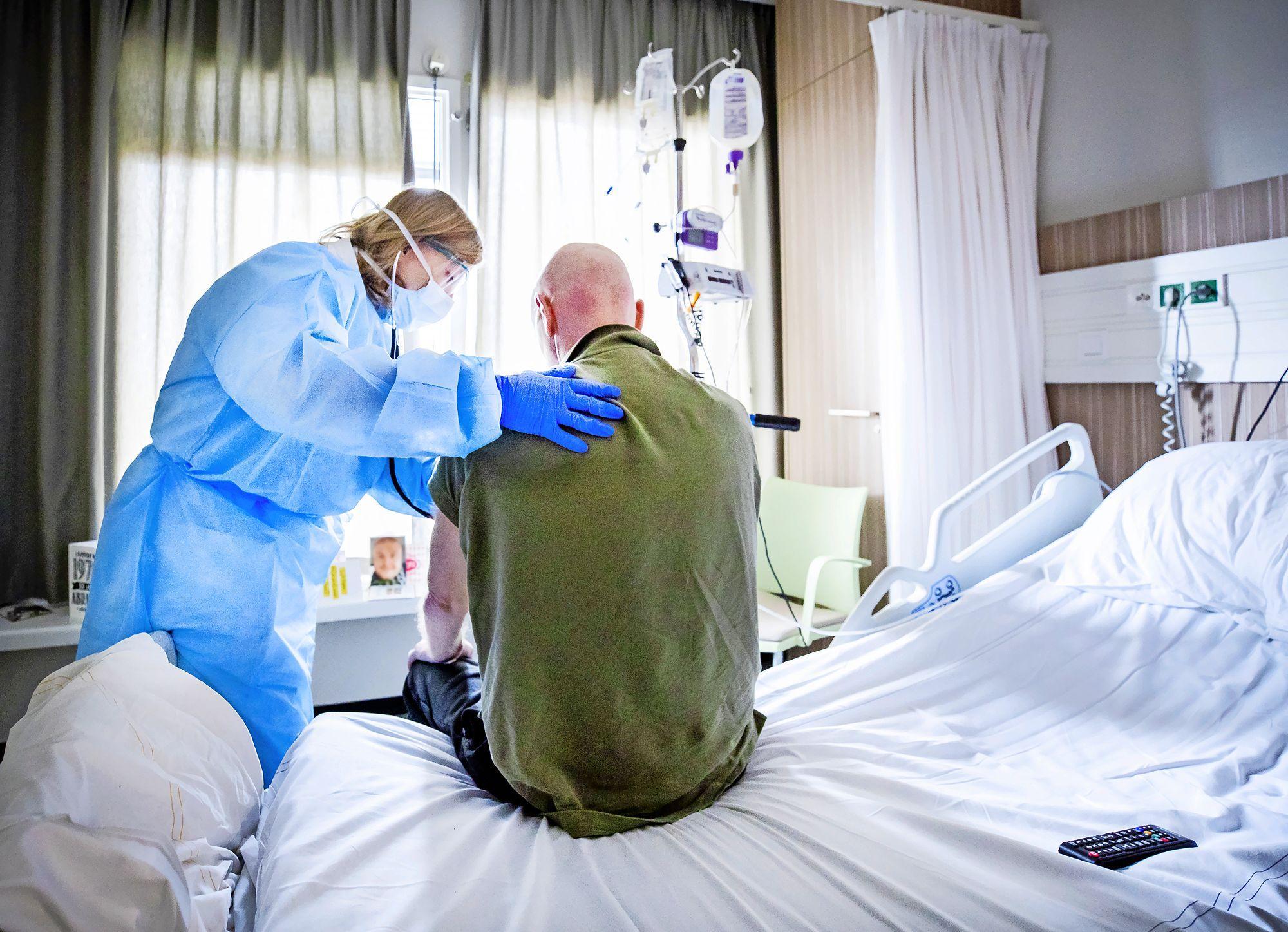 Aantal nieuwe coronabesmettingen in West-Friesland weer wat naar beneden. Wel drie personen opgenomen in het ziekenhuis