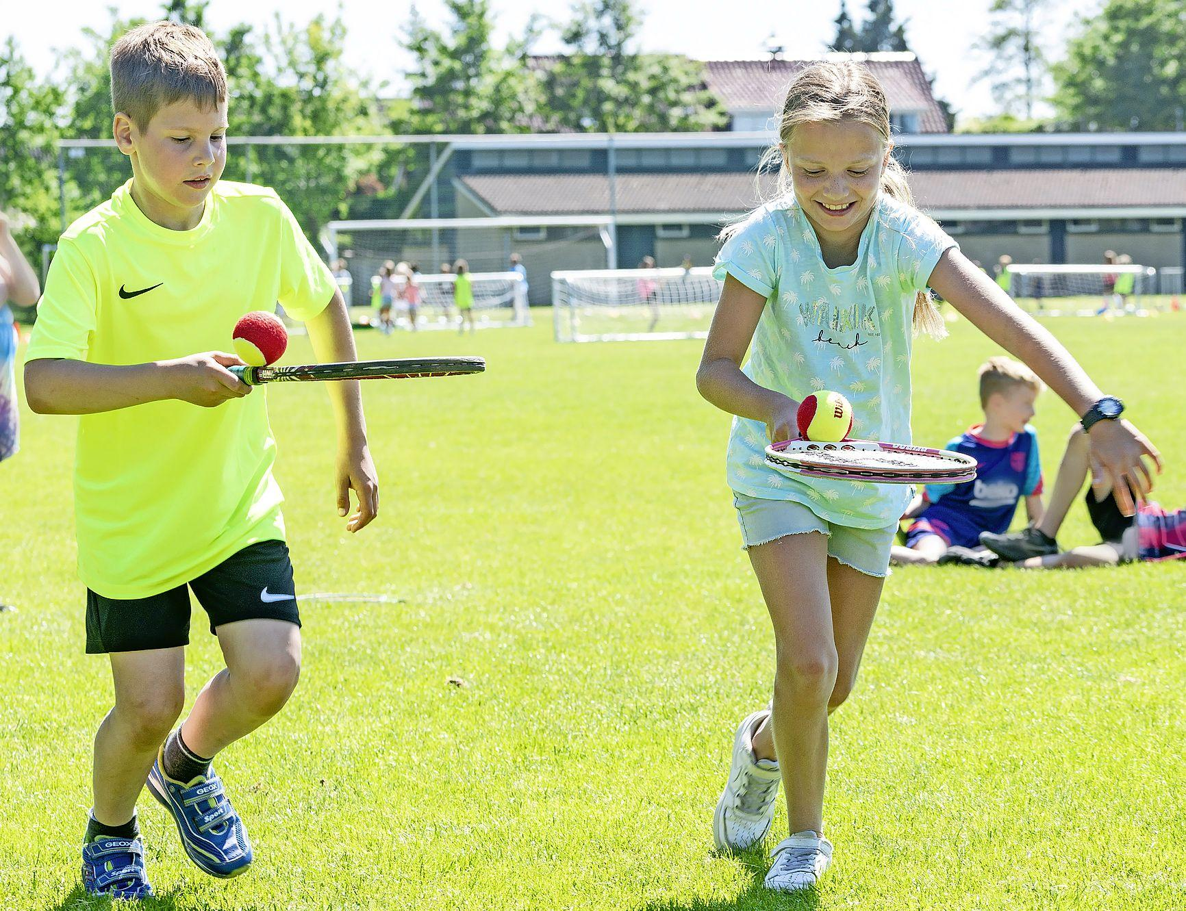 Hollen, spelen en zweten in de zon bij de buitenspeeldag in Sint Pancras