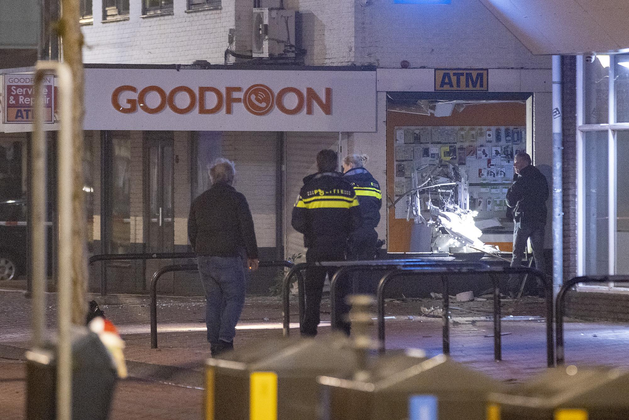 Plofkraak in Zwanenburg: geldautomaat doelwit, politie zoekt twee verdachten op scooter [video]