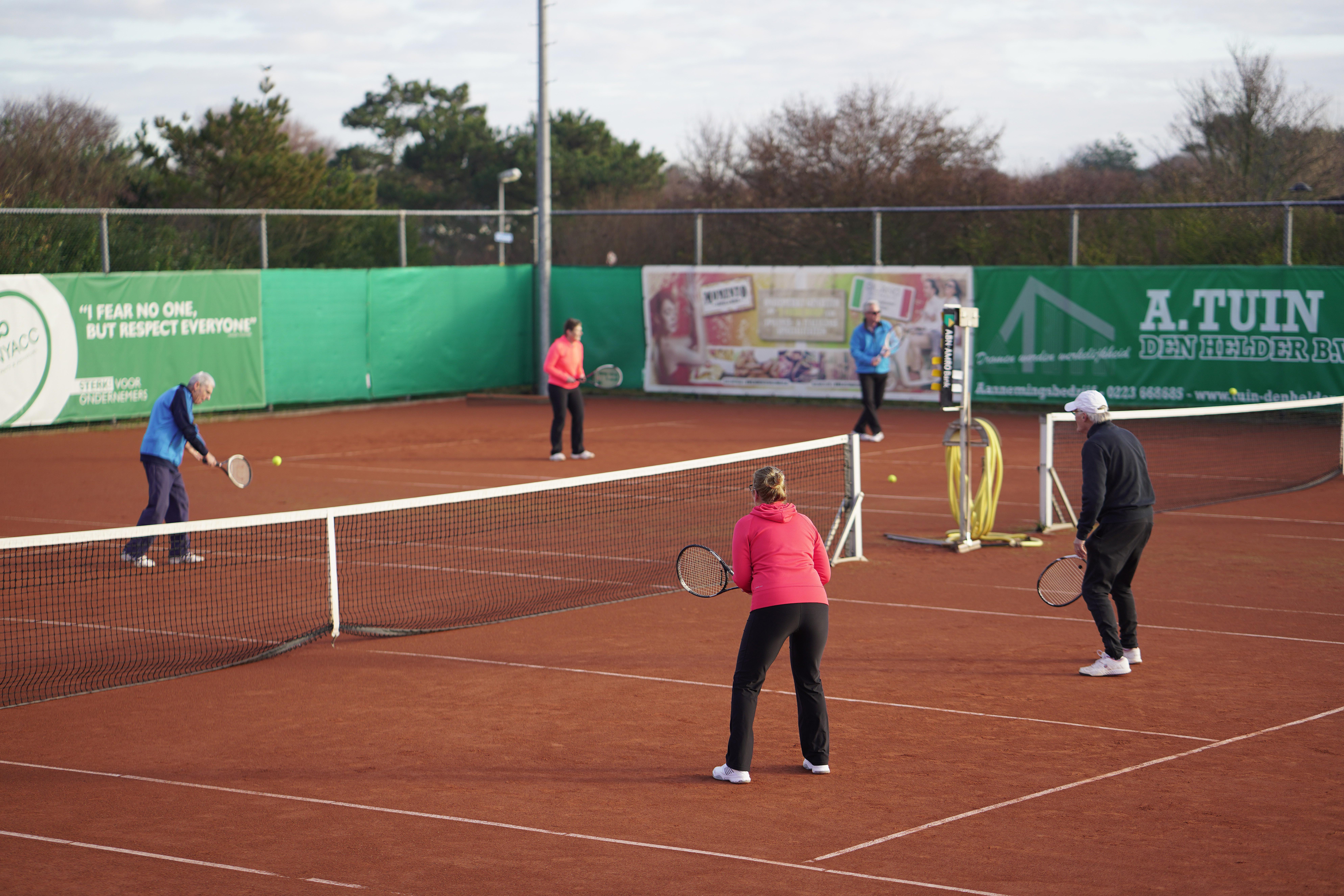Vijftig jaar tennis in Julianadorp: 'Ook senioren fietsen in coronatijd weer naar de baan. Racket onder de arm.'