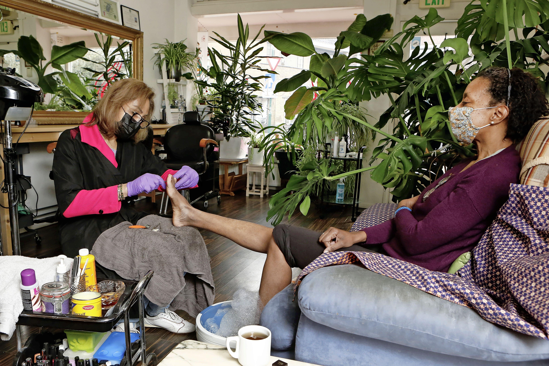 Hilversumse kappers, nagelstudio's en beautysalons volgeboekt met klanten die haren, handen en voeten willen laten verzorgen: 'Blij dat m'n voetbalmatje er af is'