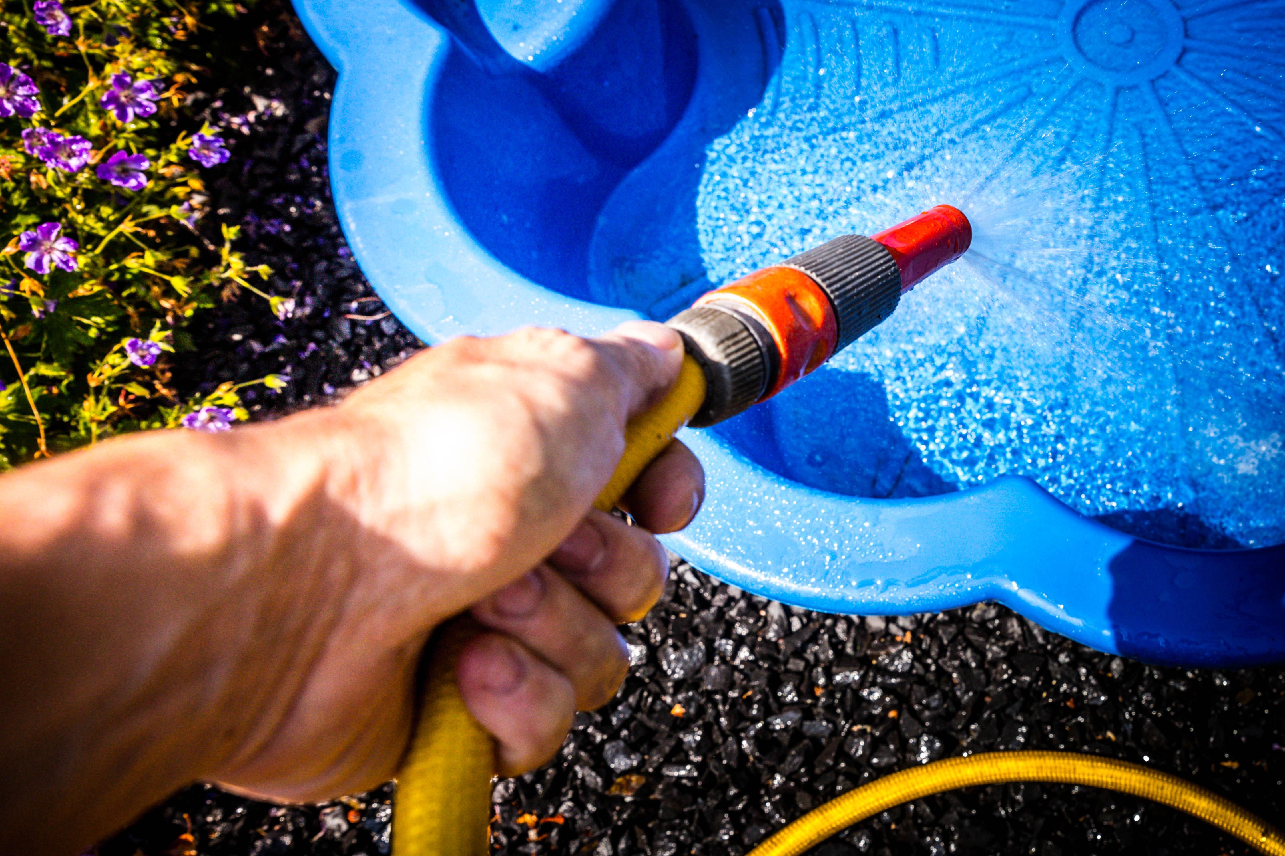 Drinkwater niet in gevaar, maar wees alstublieft een beetje zuinig. 'Geen zwembadje in de tuin, niet sproeien'