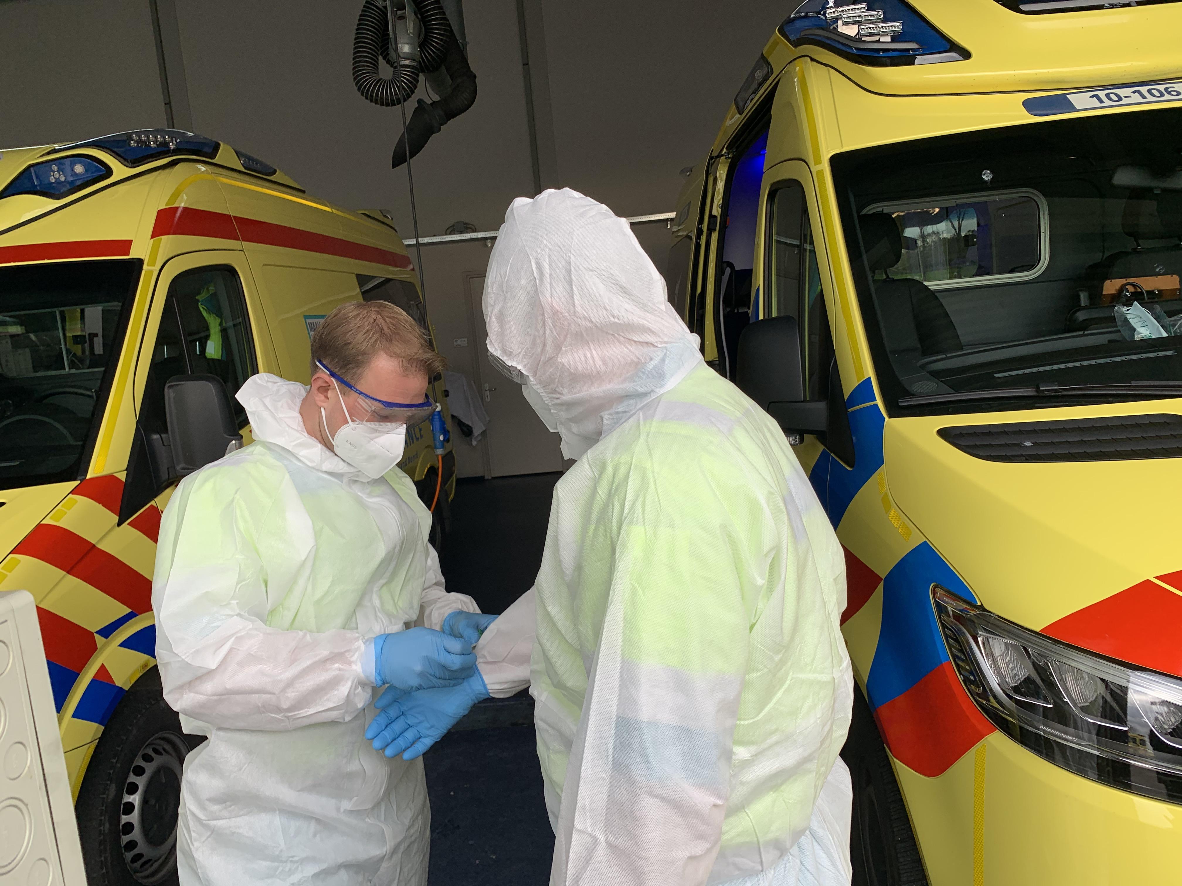 Ambulancedienst in West-Friesland: door corona extra diensten als 'maanmannetje'. Maar niemand kijkt daar meer gek van op