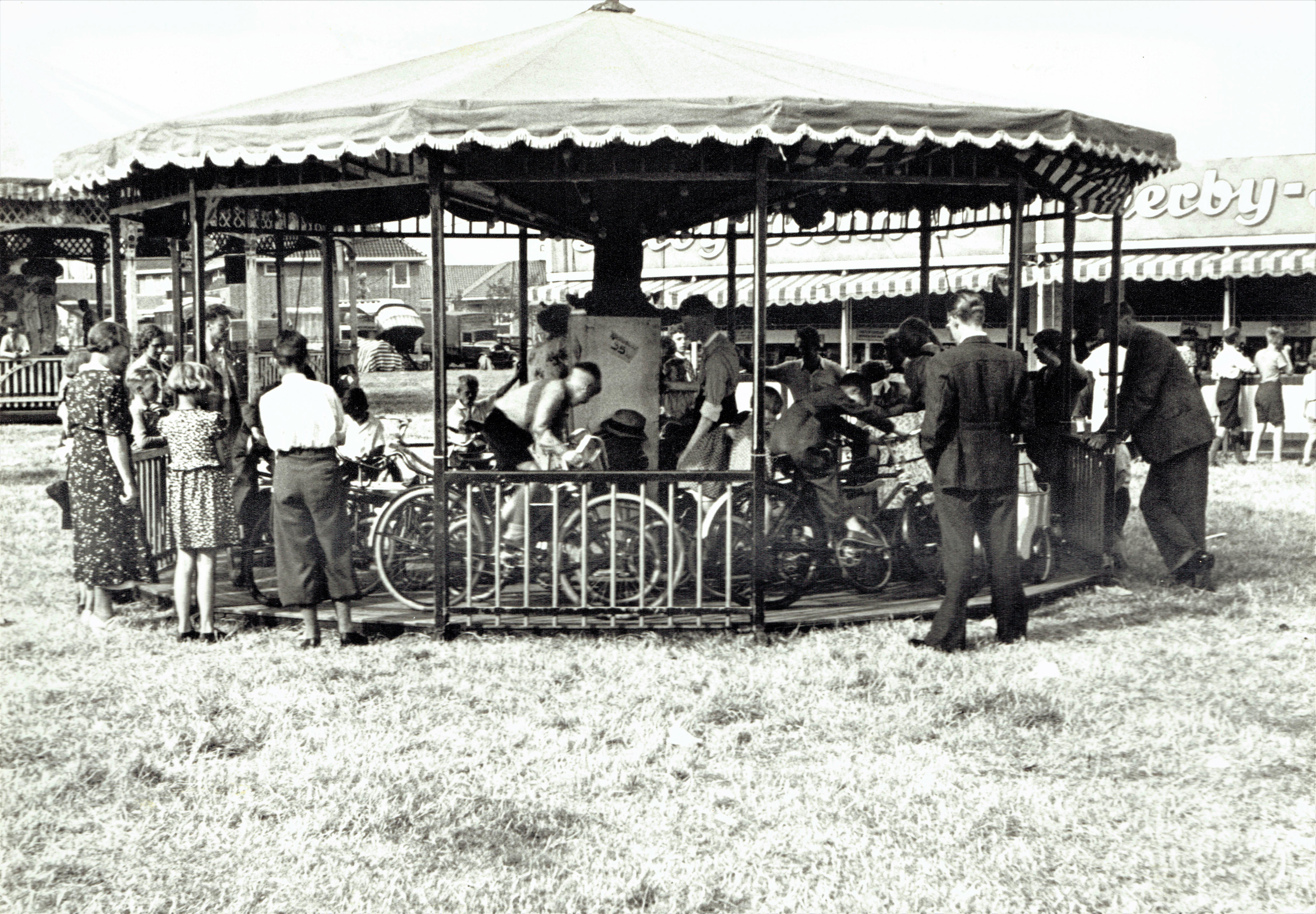 Velsen van Vroeger: Kermisplezier in de jaren dertig, bij het Landje van juffrouw Enschedé