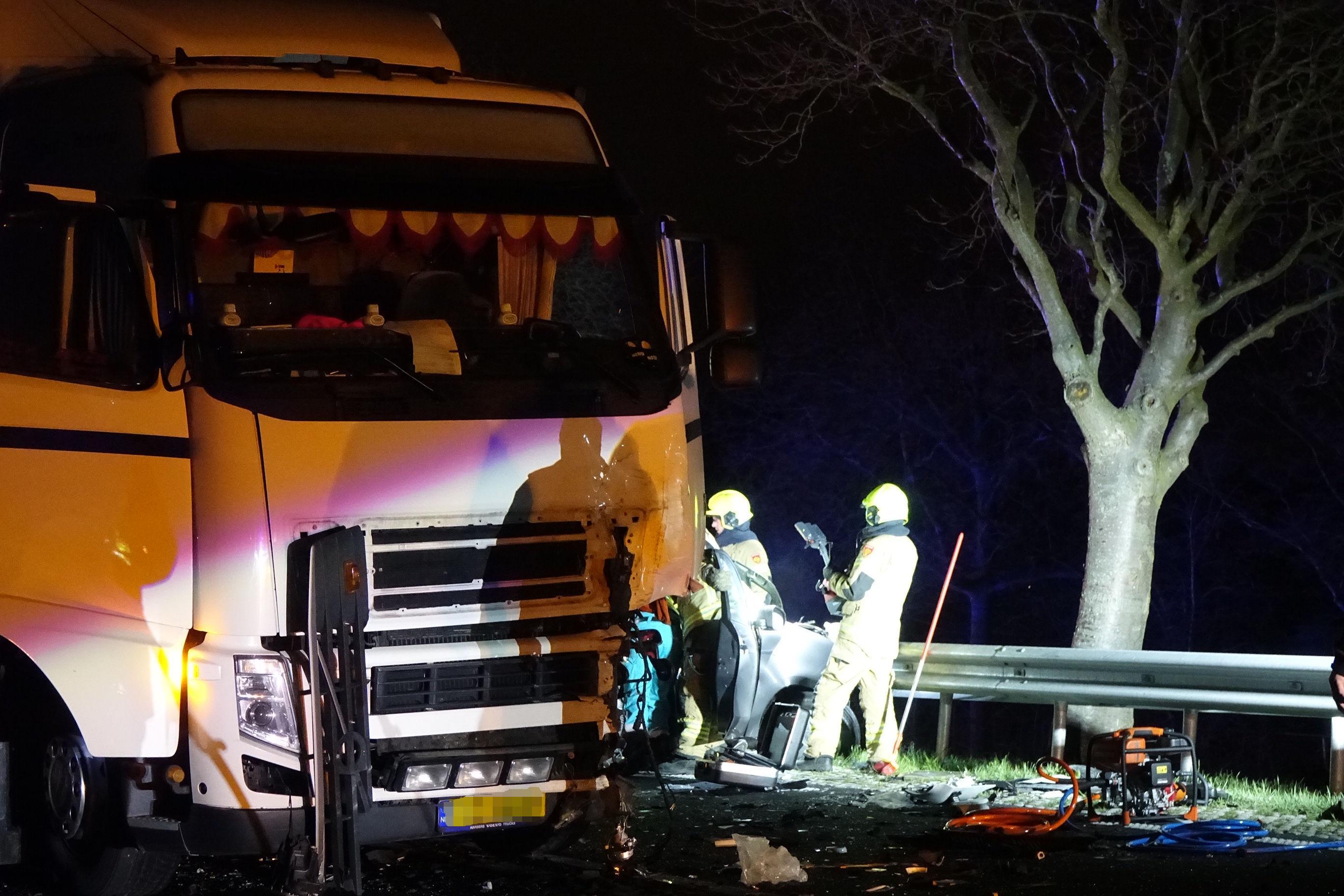 Frontale botsing tussen auto en vrachtwagen op N307 bij Bovenkarspel [update, video]
