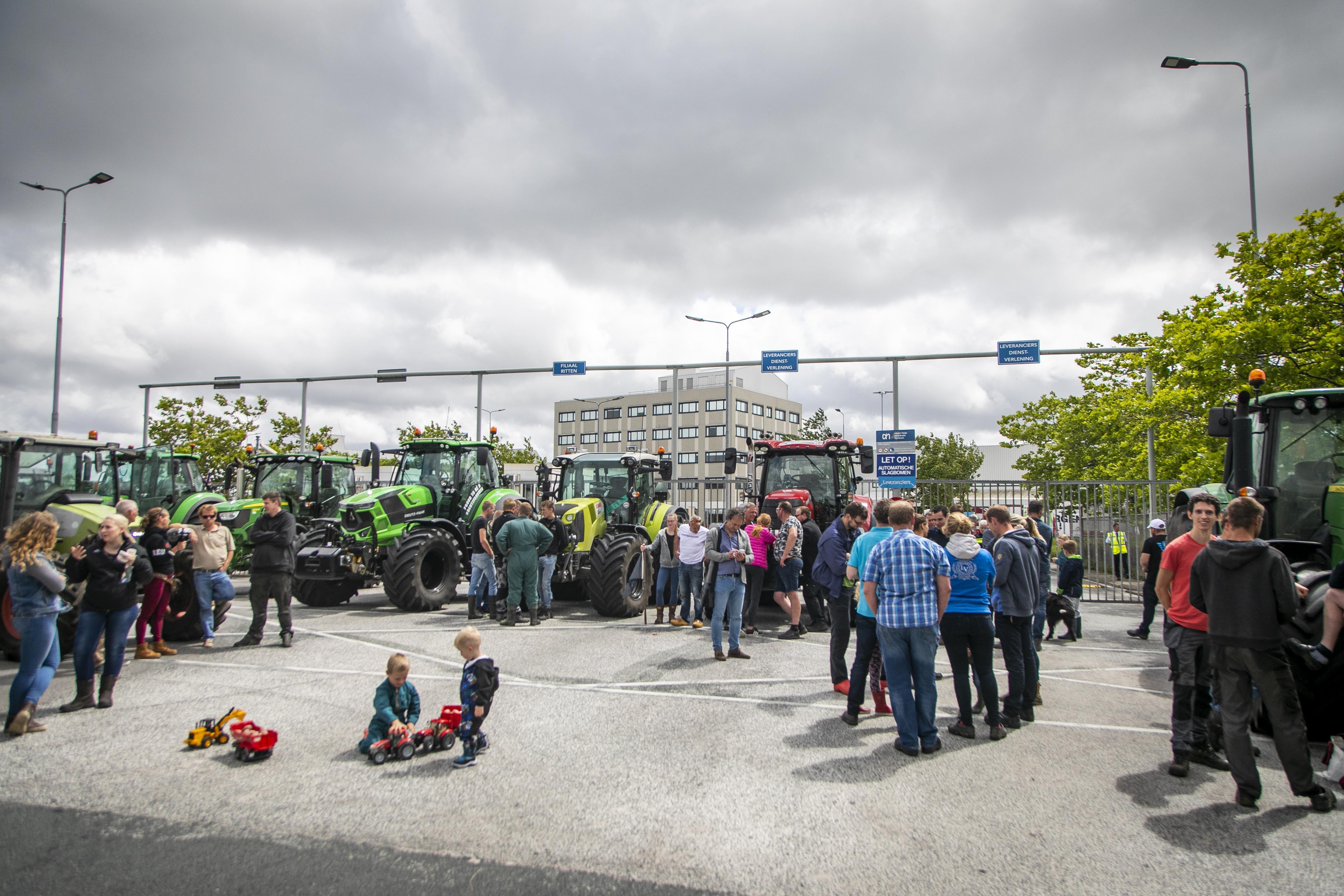 Boeren in verzet: 'We zijn het helemaal zat, maar straks komen we toch weer op de koffie' [video]