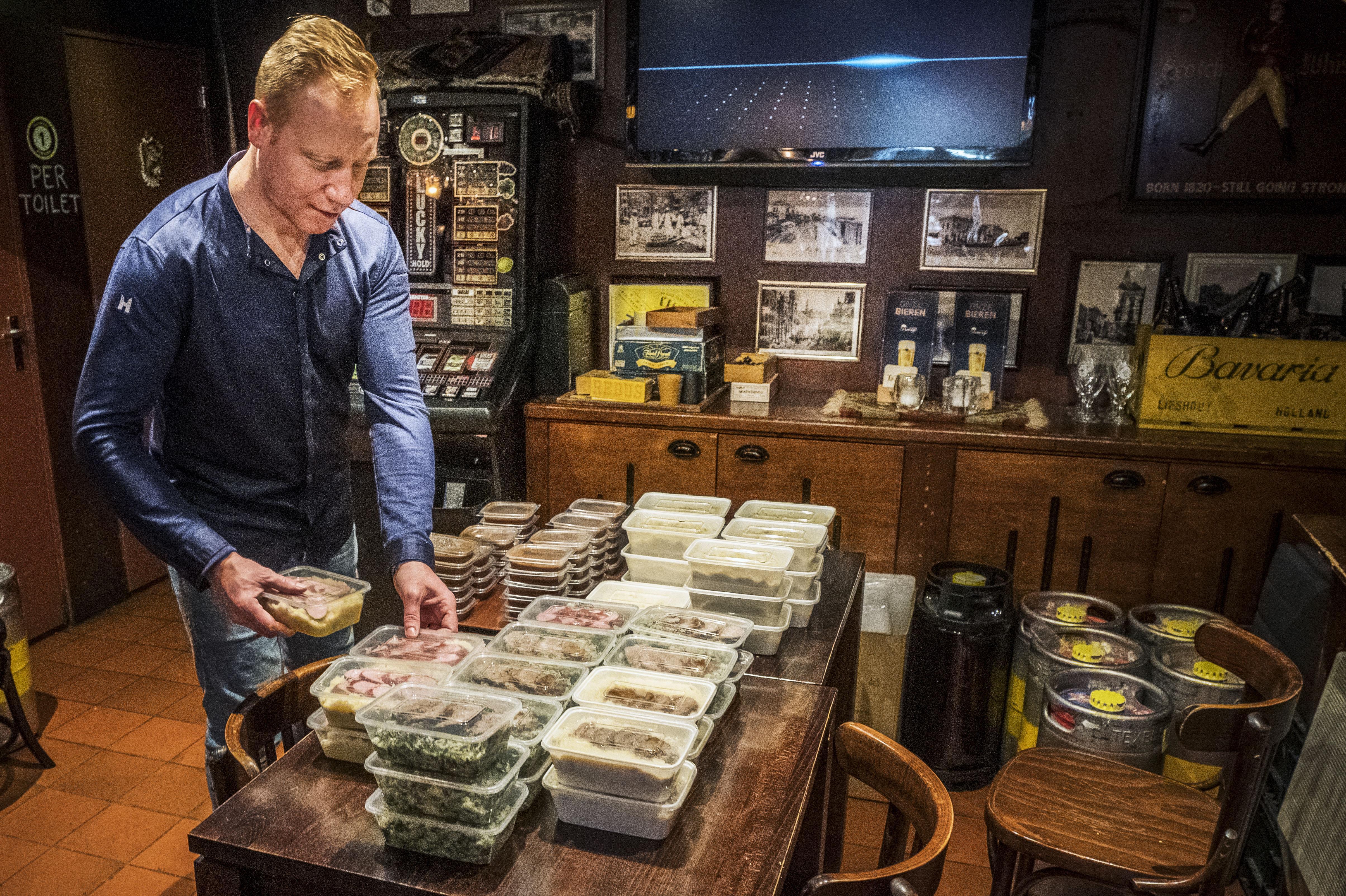 Café Bruintje in Alkmaar verkoopt stamppot om coronacrisis te overleven. 'De boerenkool loopt het best'