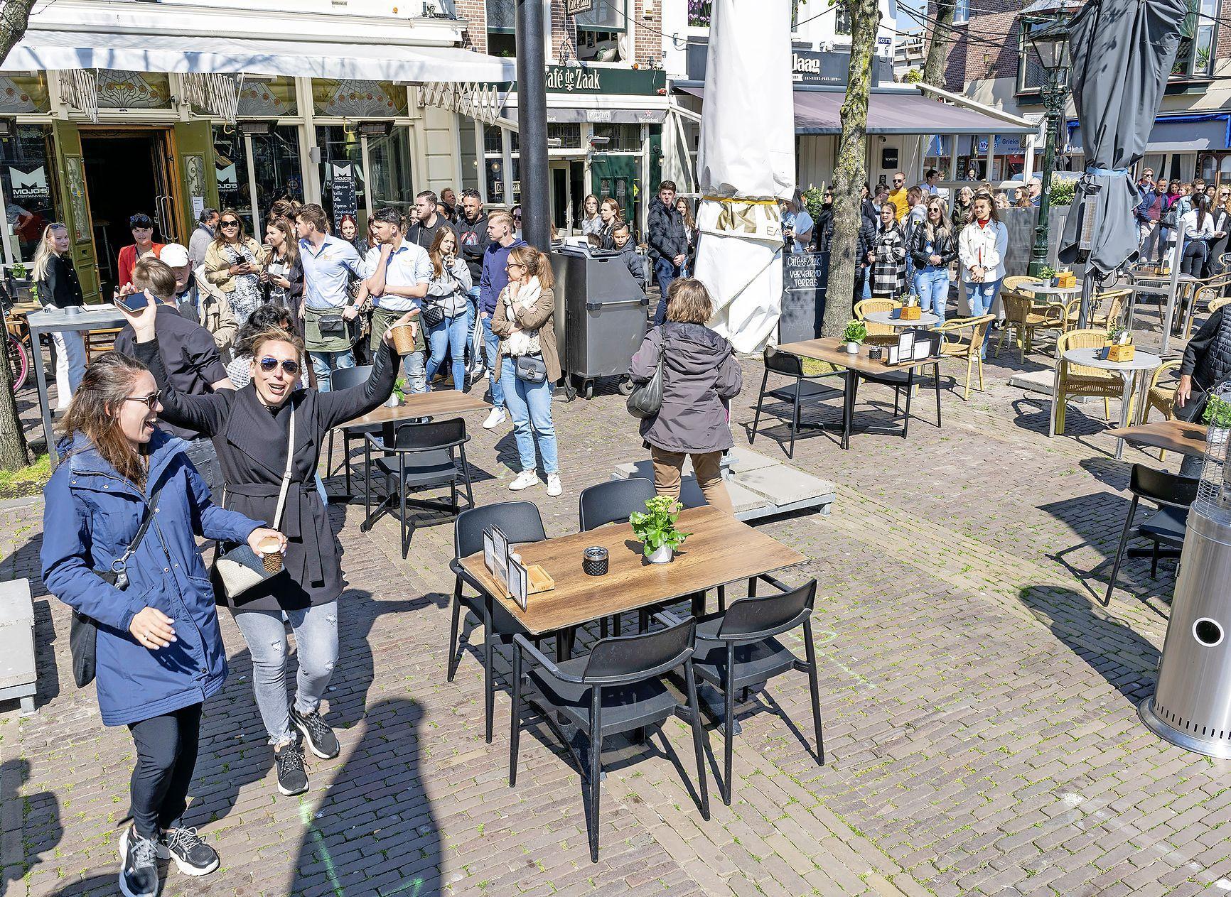 Gejuich als de klok de 12:00 aantikt. Dan: sprintje naar de eerste terrasstoelen; het Waagplein in Alkmaar zit om 12:03 uur vol. 'Dit is fenomenaal'