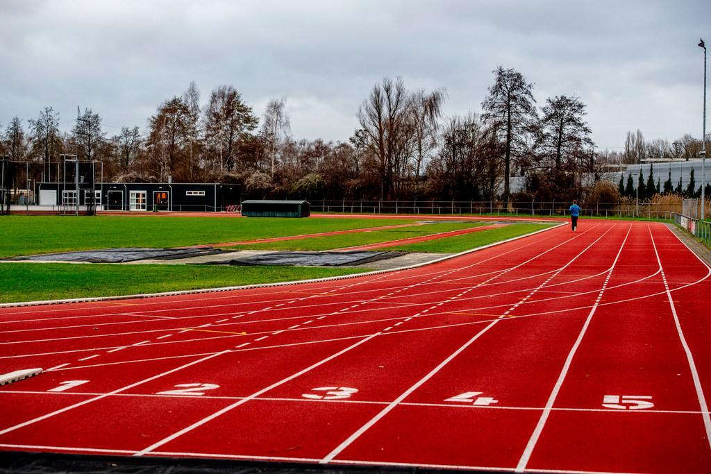 Nederlandse titels op 10.000 meter voor Foppen en Lau bij Gouden Spike Leiden [video]
