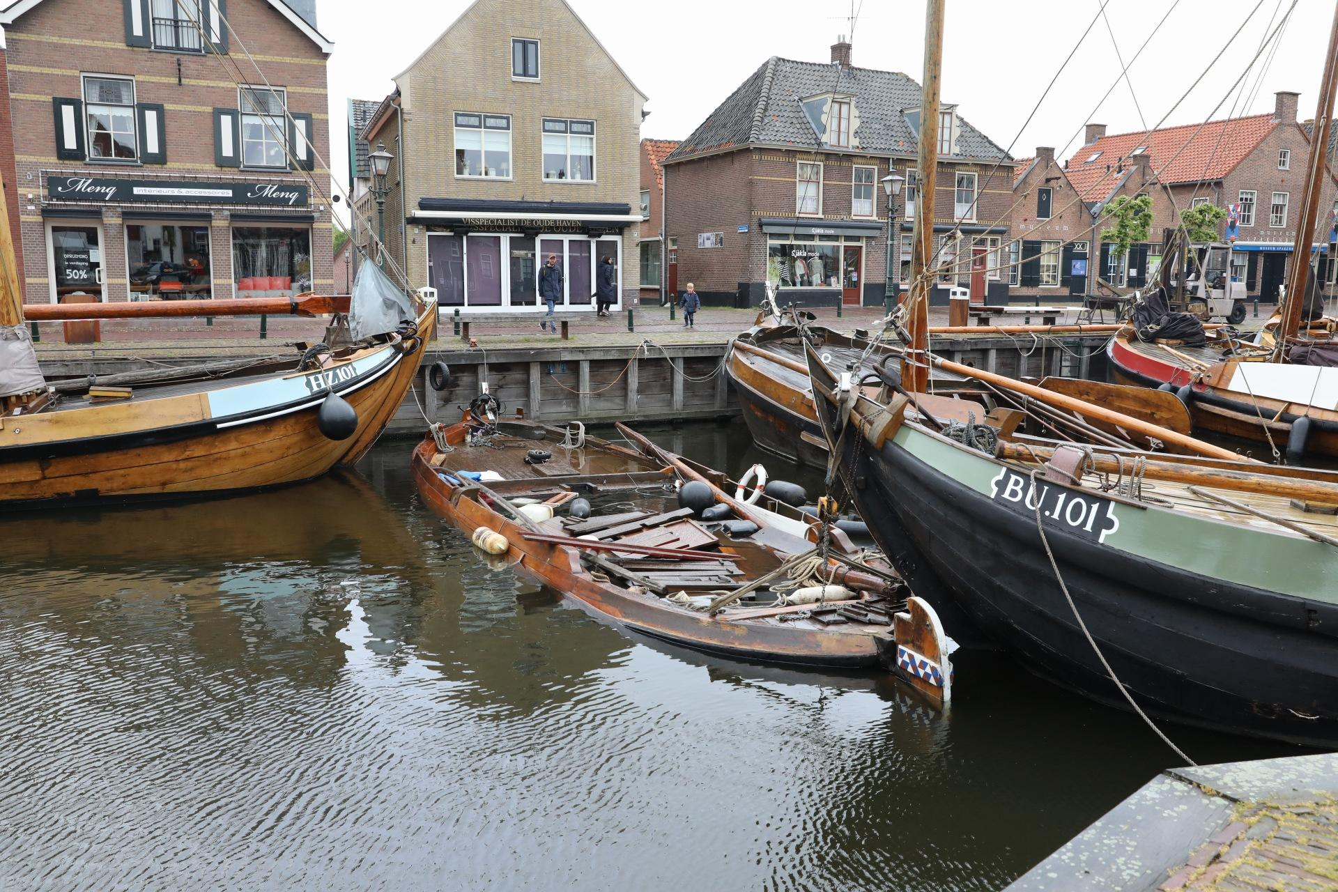 Historische botter gezonken in centrum van Spakenburg