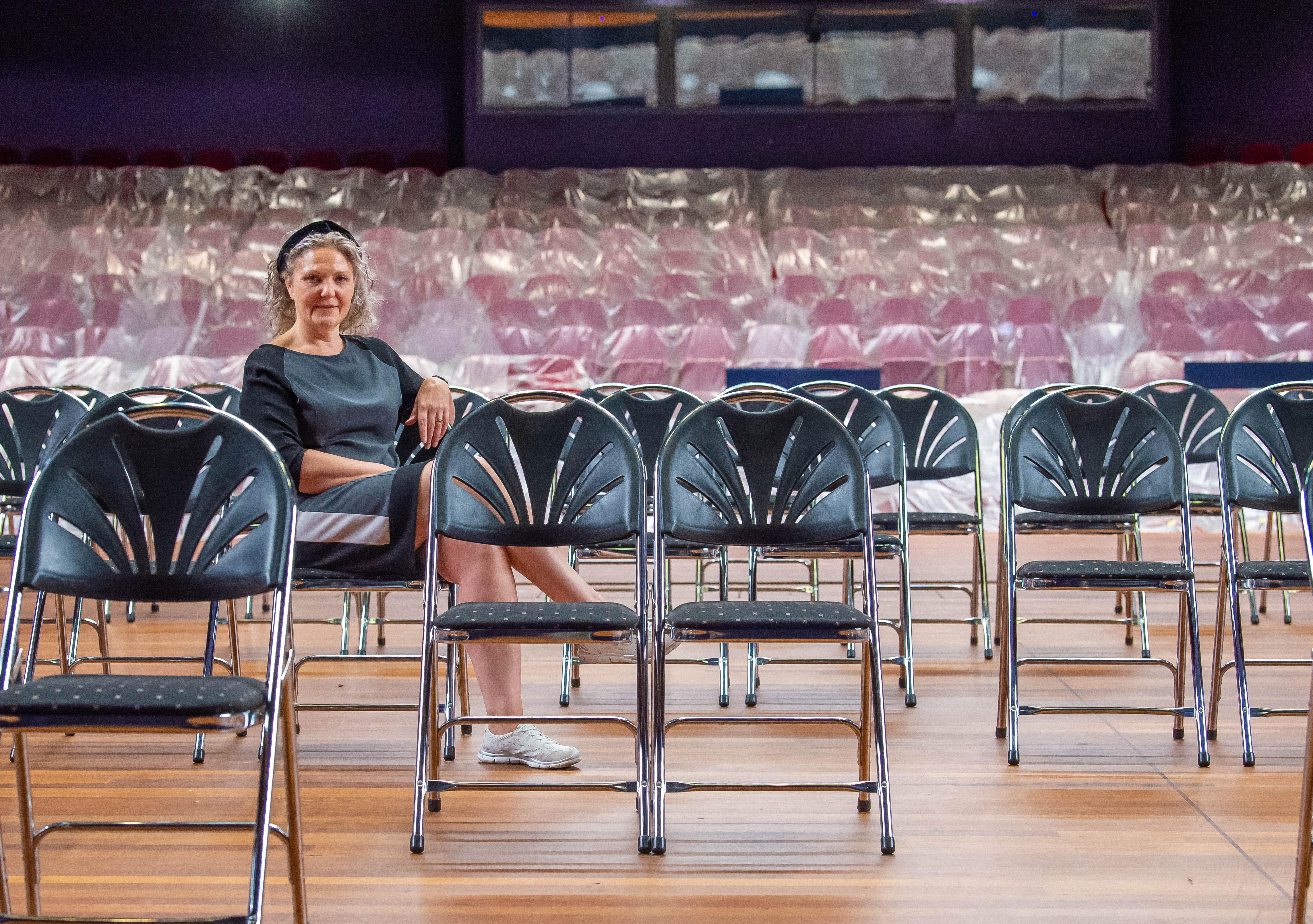 Zaantheater start zonder grote namen, 30 bezoekers maximaal, kaartje toch niet duurder; Angelique Finkers: 'We gaan het redden'