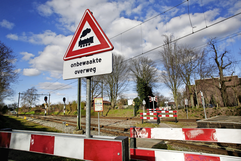 Voorgoed afsluiten óf voor minstens een half miljoen beveiligen met spoorbomen, de toekomst van de spoorwegovergang naar de Soester Eng is uiterst onzeker