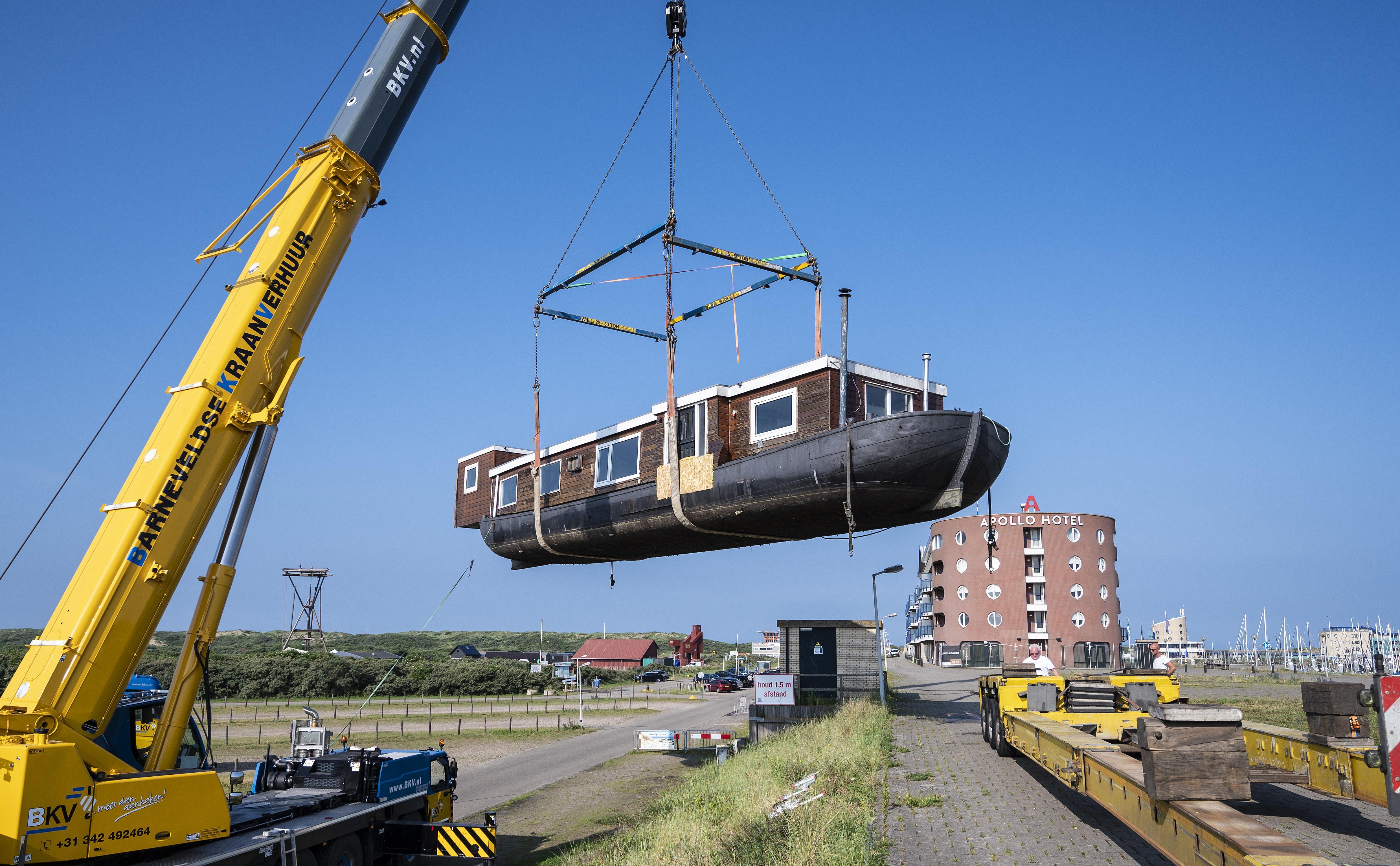 Duurzame woonboot op het droge bij het binnenmeer in IJmuiden aan Zee: niet aangesloten op riolering of elektriciteitsnet