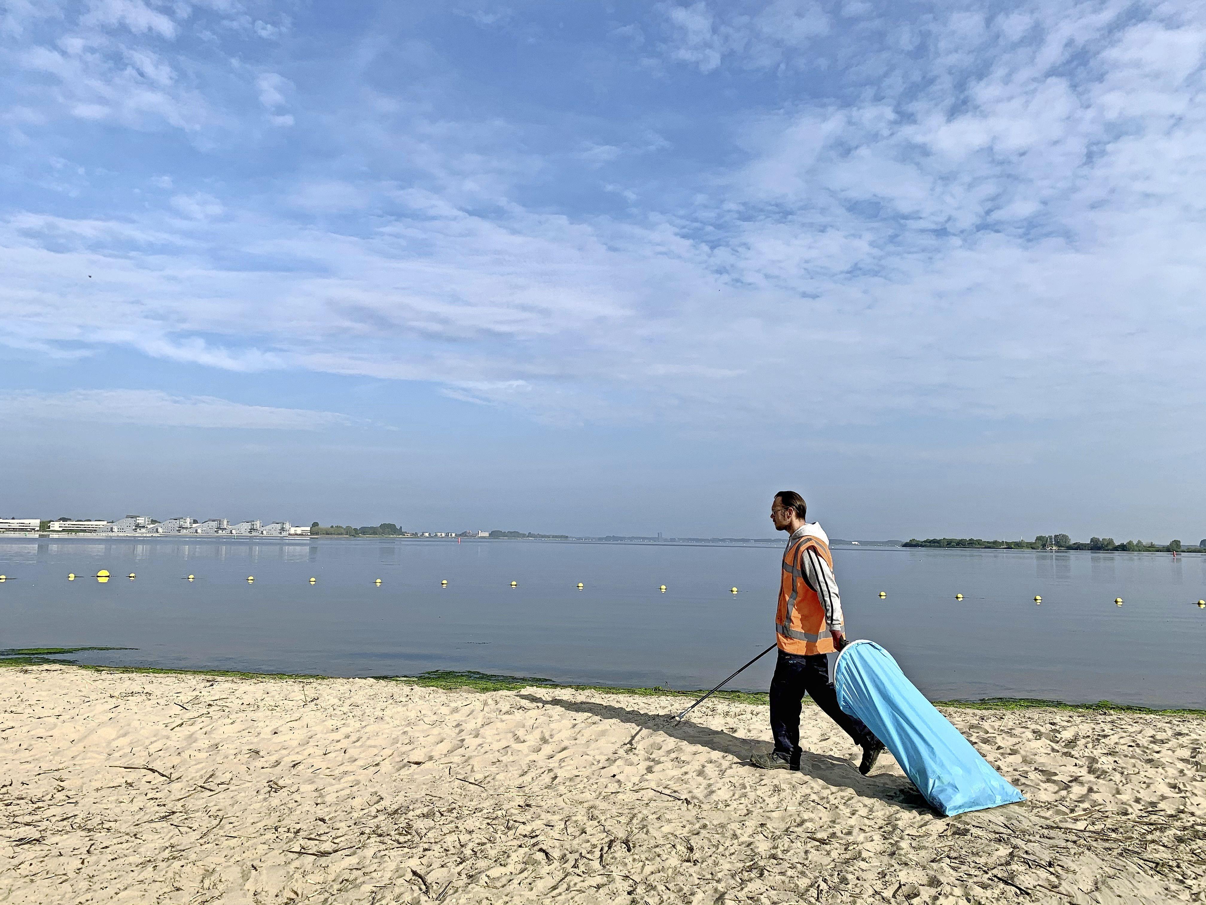Iedere dag afval prikken op het Blaricumse strandje: 'Blikjes, flesjes, ijswikkels, peuken, mondkapjes. Prachtige plek maar ongelooflijk, wat maken bezoekers er een rotzooi van'