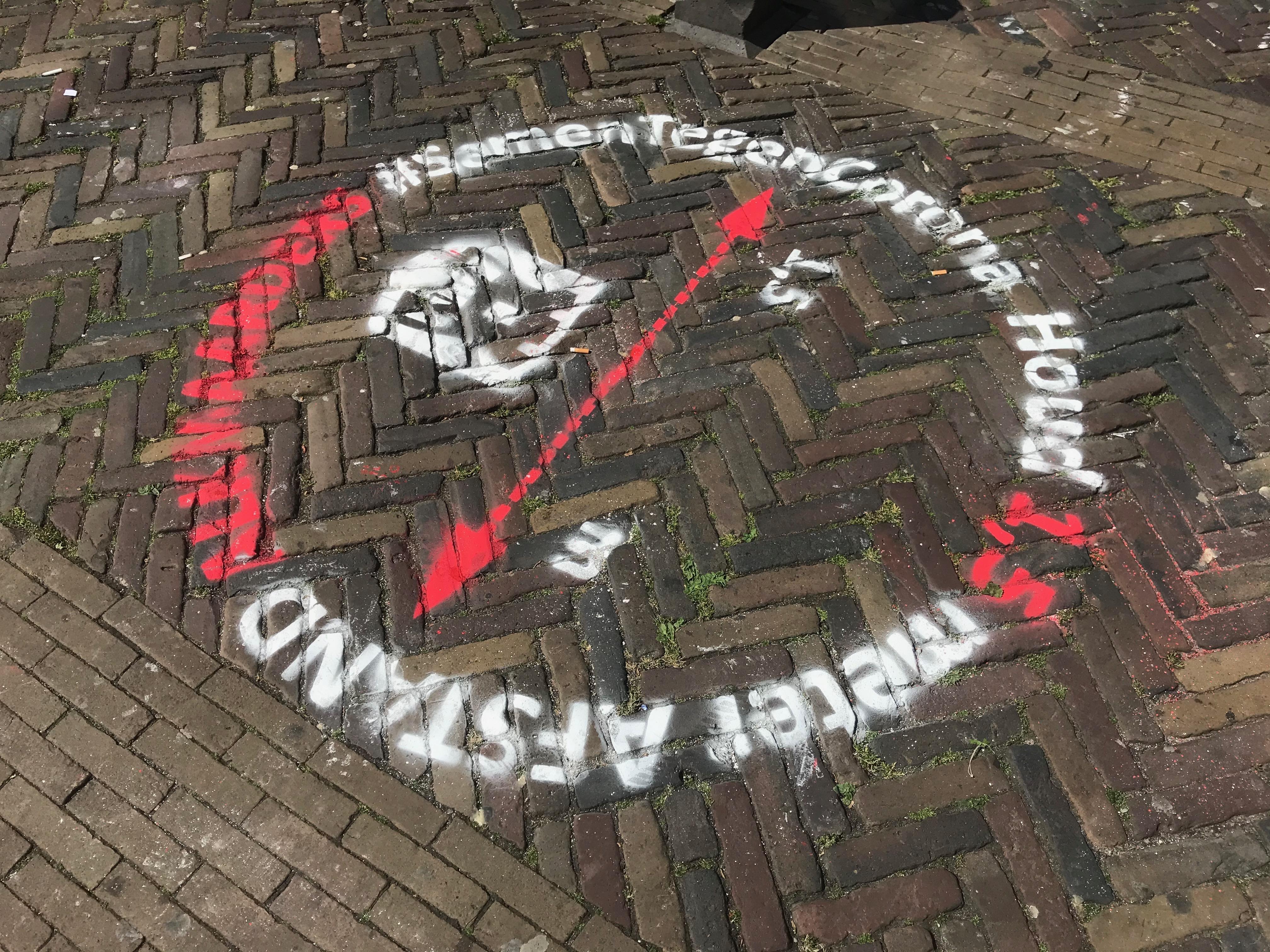 Op 41 'hotspots' in Alkmaar zijn stoepkrijtstempels gekalkt tegen corona