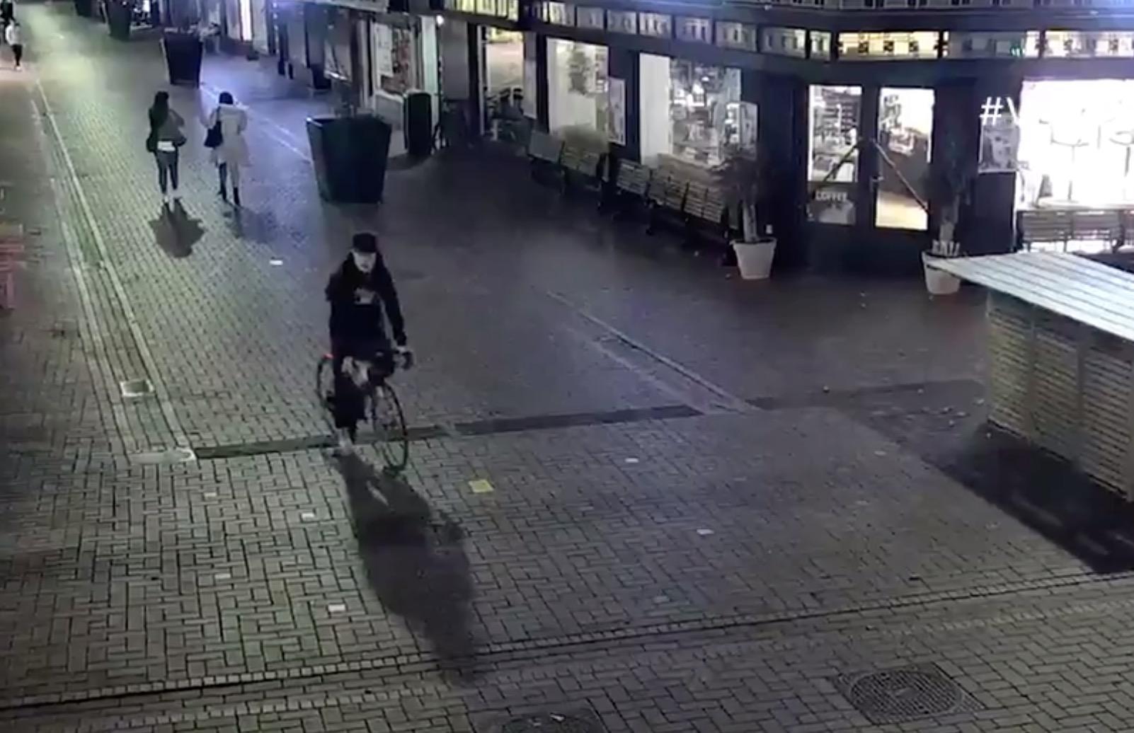 Politie nog altijd op zoek naar hamergooier die agente verwondde in Hilversum. Wie herkent deze man? [video]