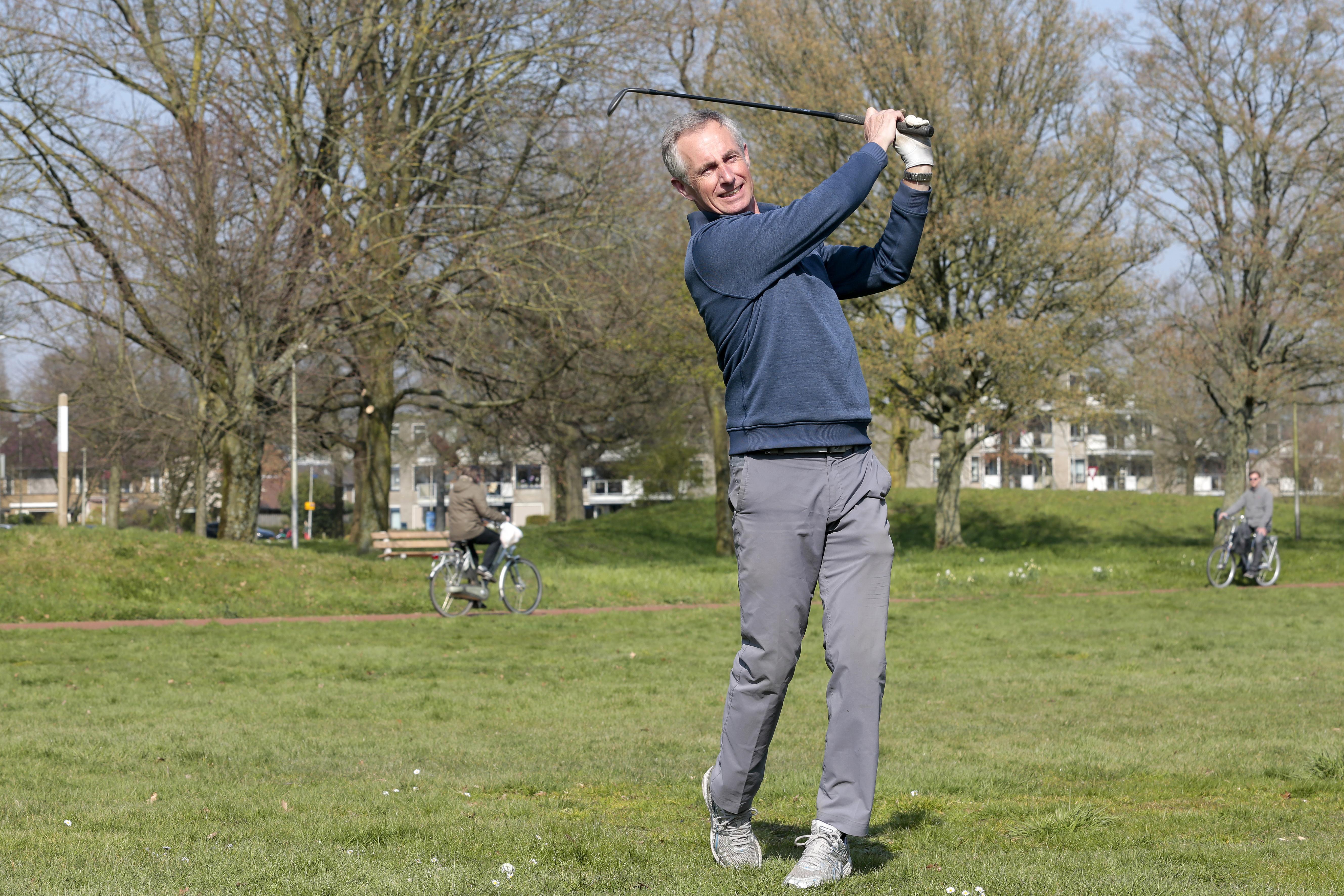 De golfbanen zijn dicht, dus slaat Harry Welch balletjes op De Groene Long in Bussum