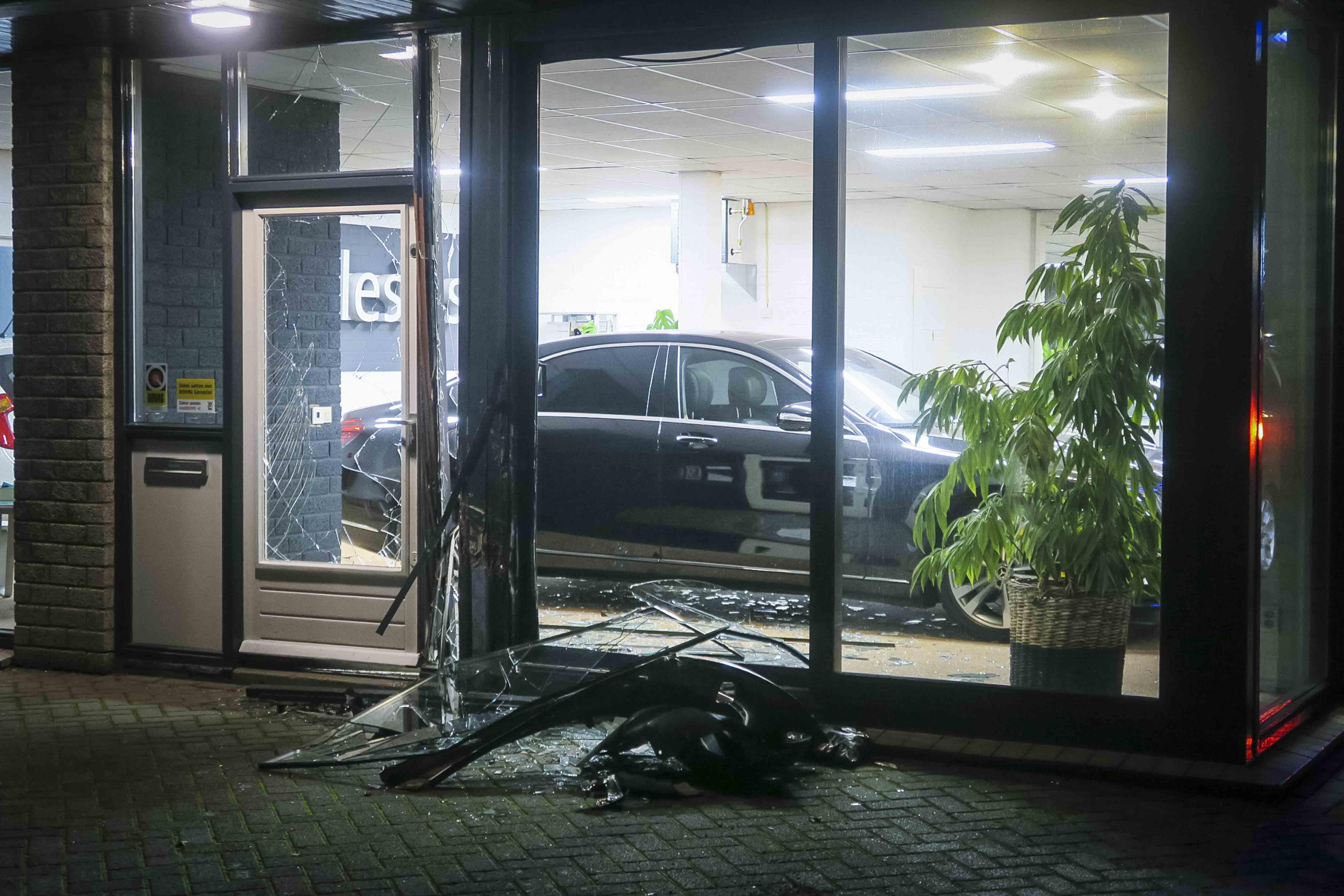 Automobilist botst tegen geparkeerde auto en rijdt tegen pui aan in Heemskerk