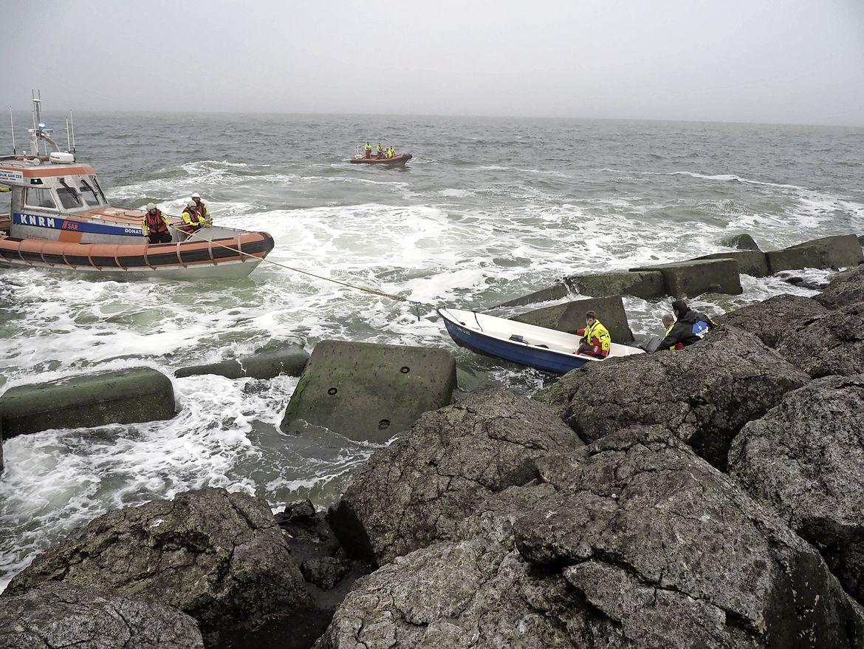 Visbootje met motorpech strandt op rotsen van de Zuidpier in IJmuiden