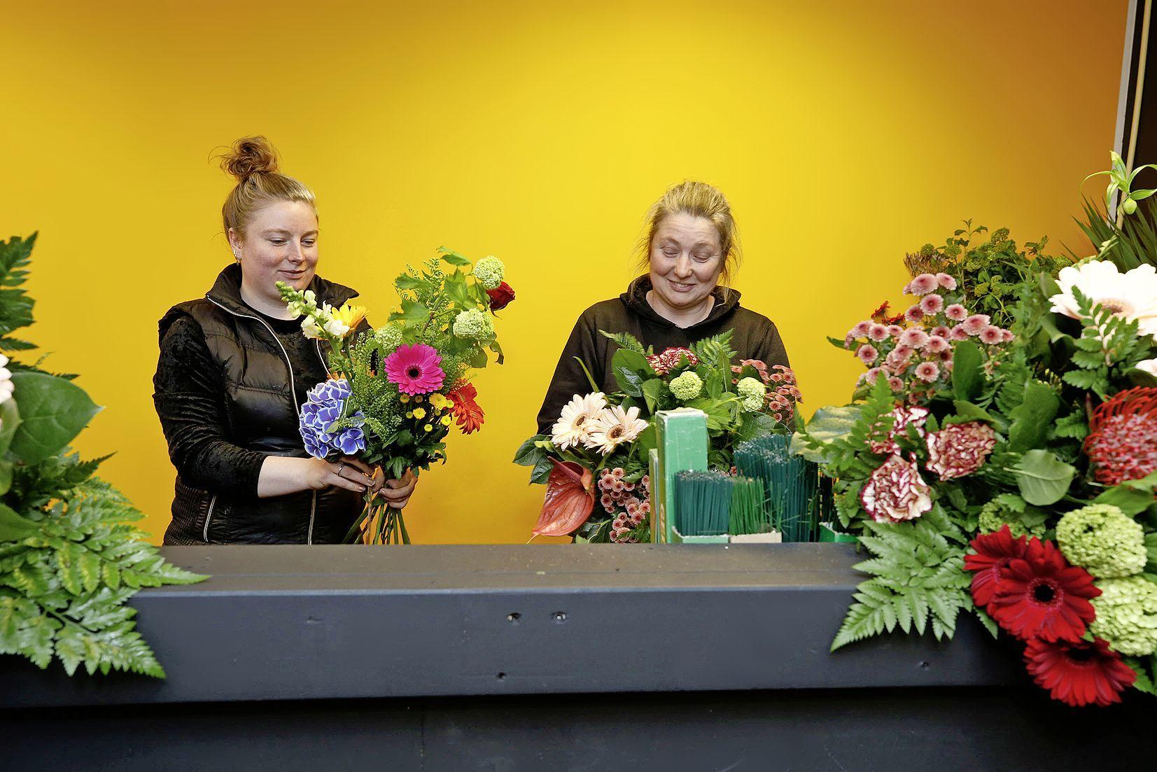 Ineens zit Ingrid Bruin met haar bloemenzaak op een andere plek in het winkelcentrum Waldervaart. Toch is ze blij. 'Het valt me eigenlijk erg mee'