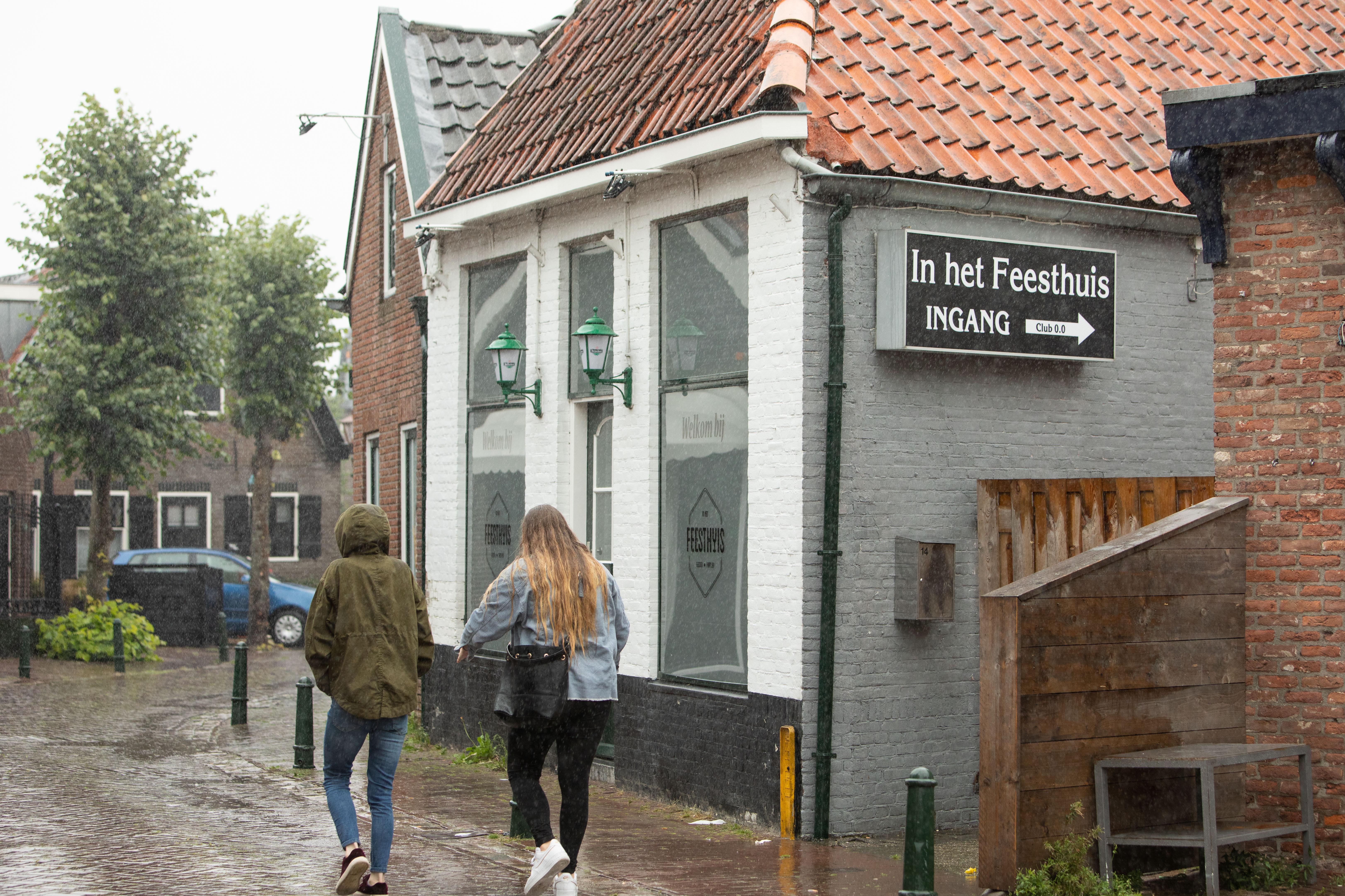 Bunschoter café In het Feesthuis lapte coronaregels aan de laars, liet boa's niet binnen en moet nu dicht; 'Grapperhaus mag wel een fout maken. Waar gaat dit heen?'