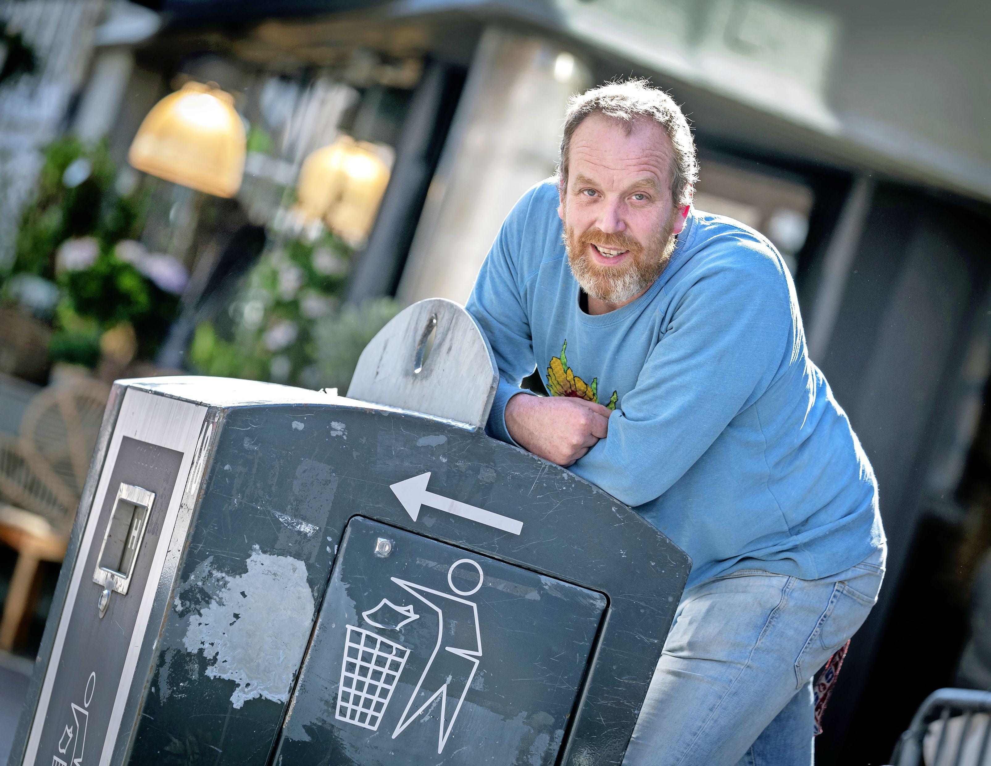 Bankstellen, portrettekeningen, hobbelpaarden en vooral veel strijkplanken: Bloemist Dennis fotografeert gedumpt afval naast containers