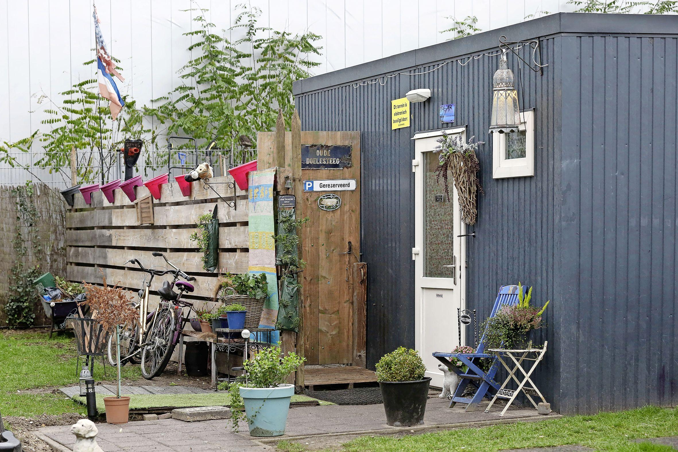 Containerwijkje voor lastige daklozen blijft nog vijf jaar aan de Loosdrechtseweg in Hilversum. 'Maatschappelijk gevoelige voorziening is daar goed op zijn plek'