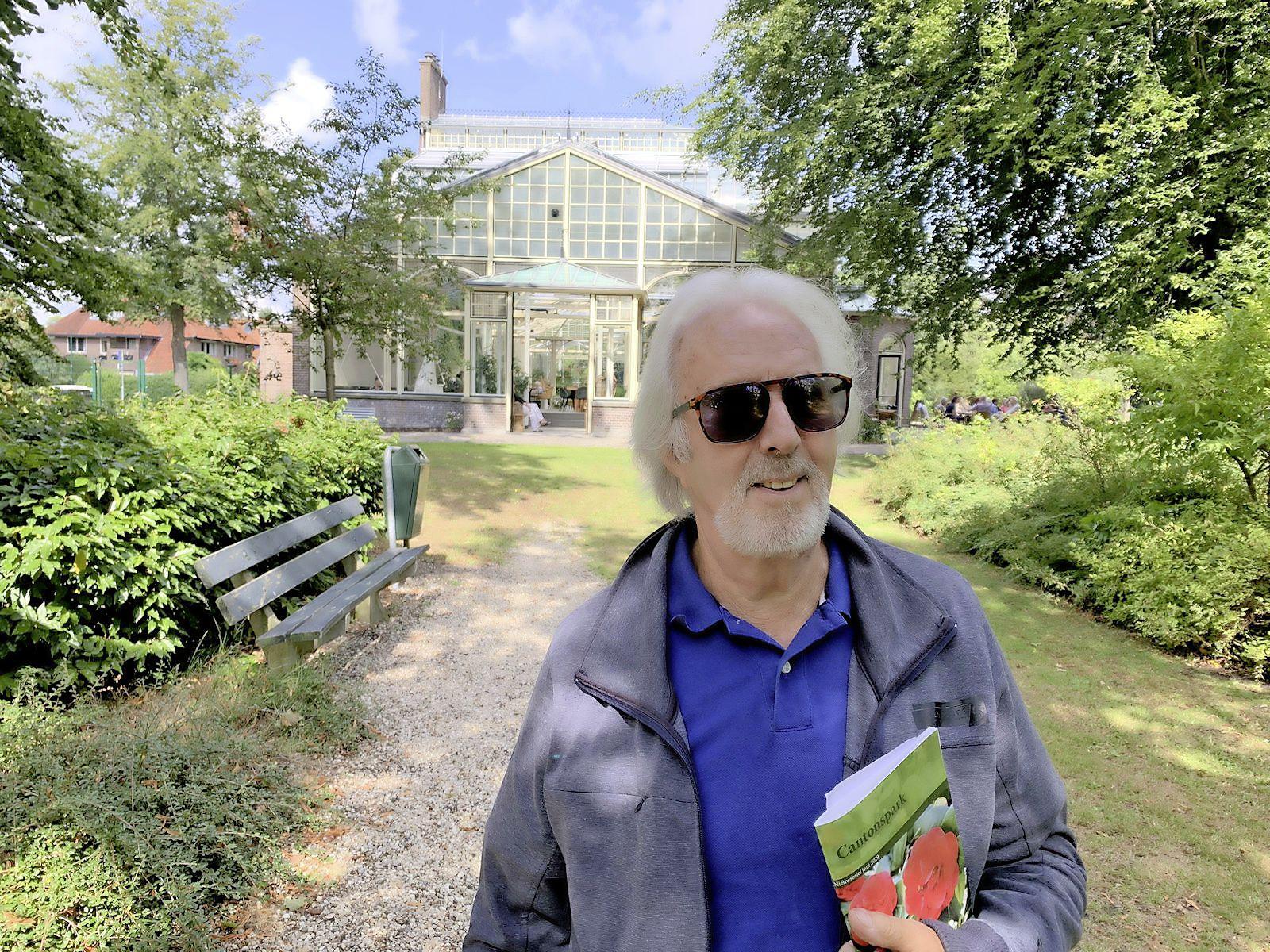 Luister naar de 'wilde' jeugdavonturen van Frank Muyser in het Cantonspark in Baarn. 'Hij repeteerde in de kassen en gaf feesten in de schuur'