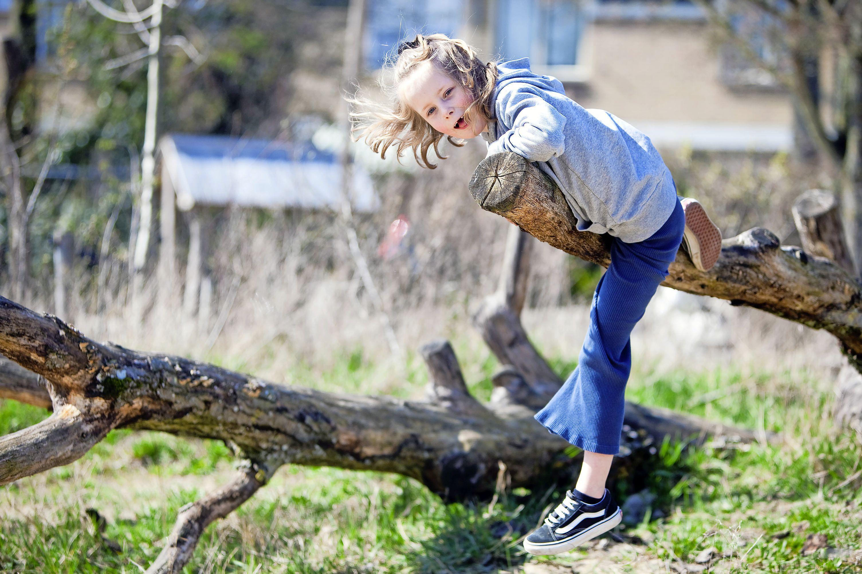 Modder hoort erbij in natuurspeeltuin Zeewijk in IJmuiden: lekker ravotten in het begin van het seizoen
