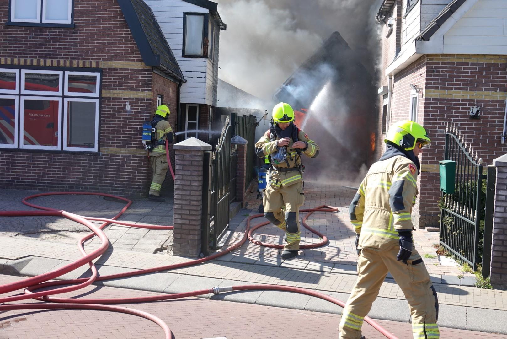 Brandweer redt woningen van vuurzee bij garagebrand in Sint Pancras [video]
