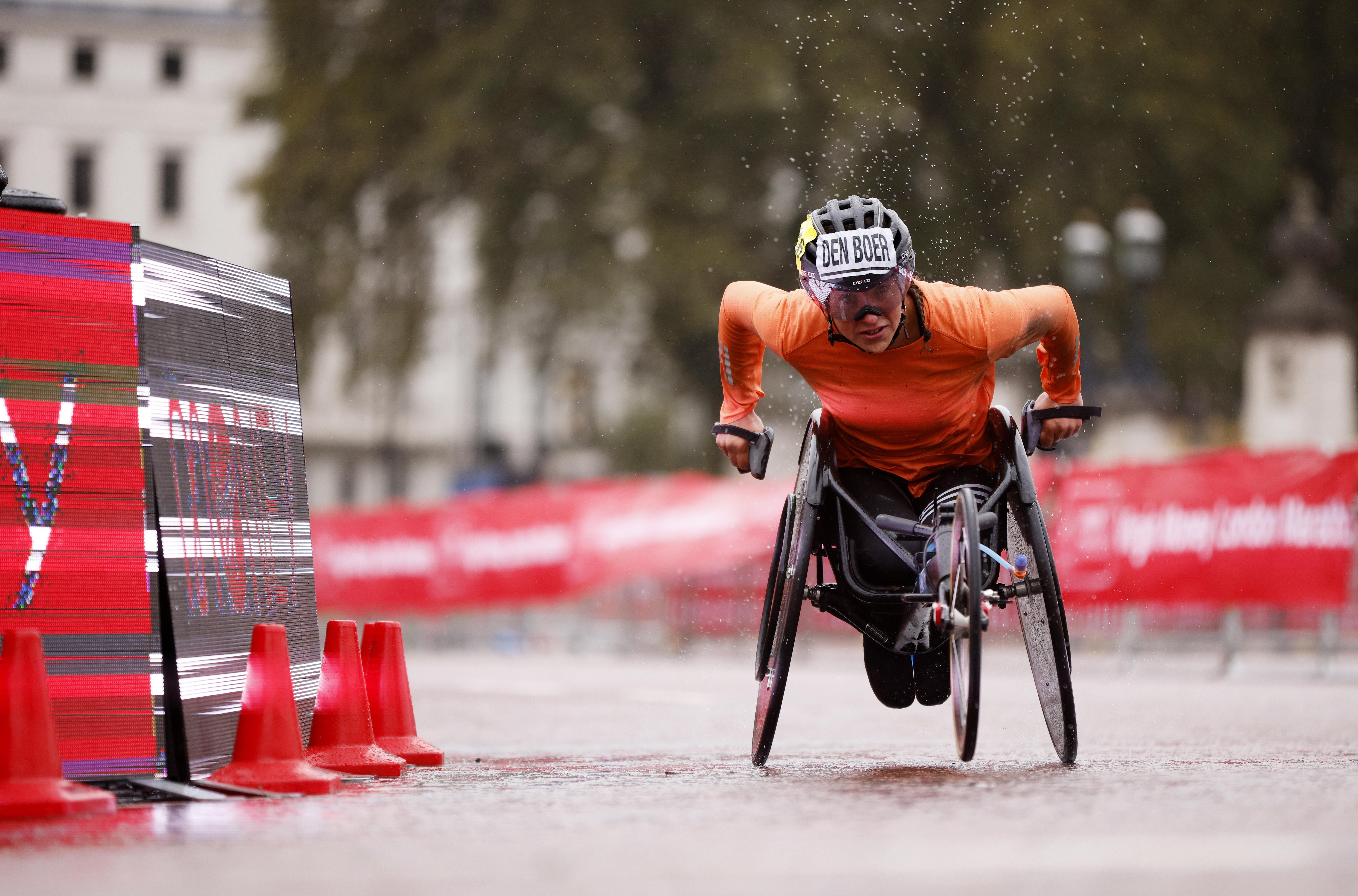 Haarlemse wheeler Den Boer wint marathon van Londen. 'In het hotel kregen alle atleten een band om hun nek met een apparaat dat rood kleurde en een hoop lawaai maakte als je je binnen anderhalve meter bij iemand anders bevond'