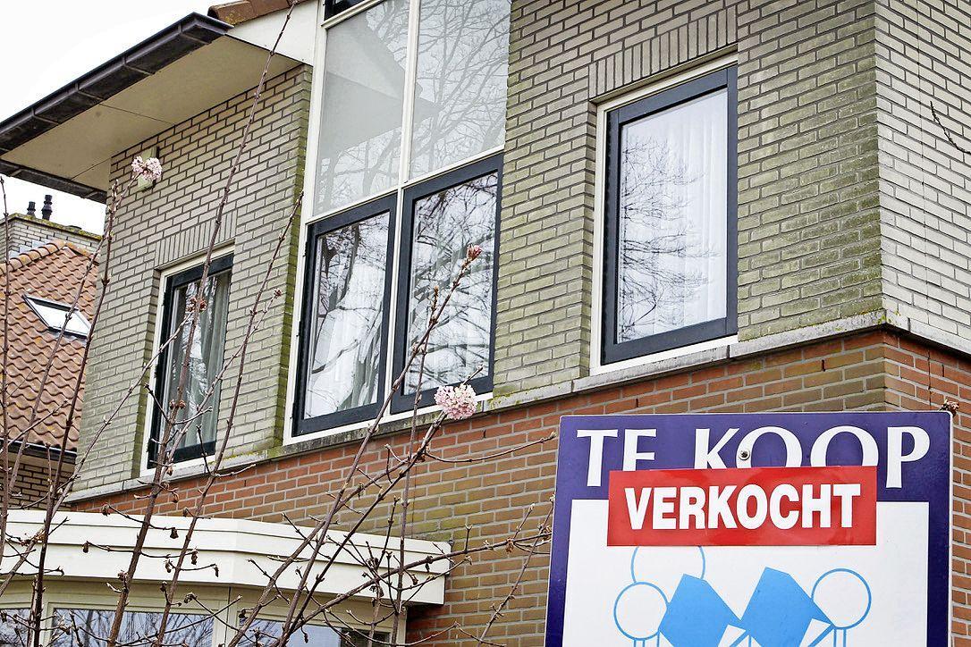Huizenprijzen maken een tussensprint. In een kwartaal ruim 4 procent duurder. Hoezo afvlakkende verkoopprijzen? Makelaar spreekt van woningnoodprijzen: 'De huizen zijn op'