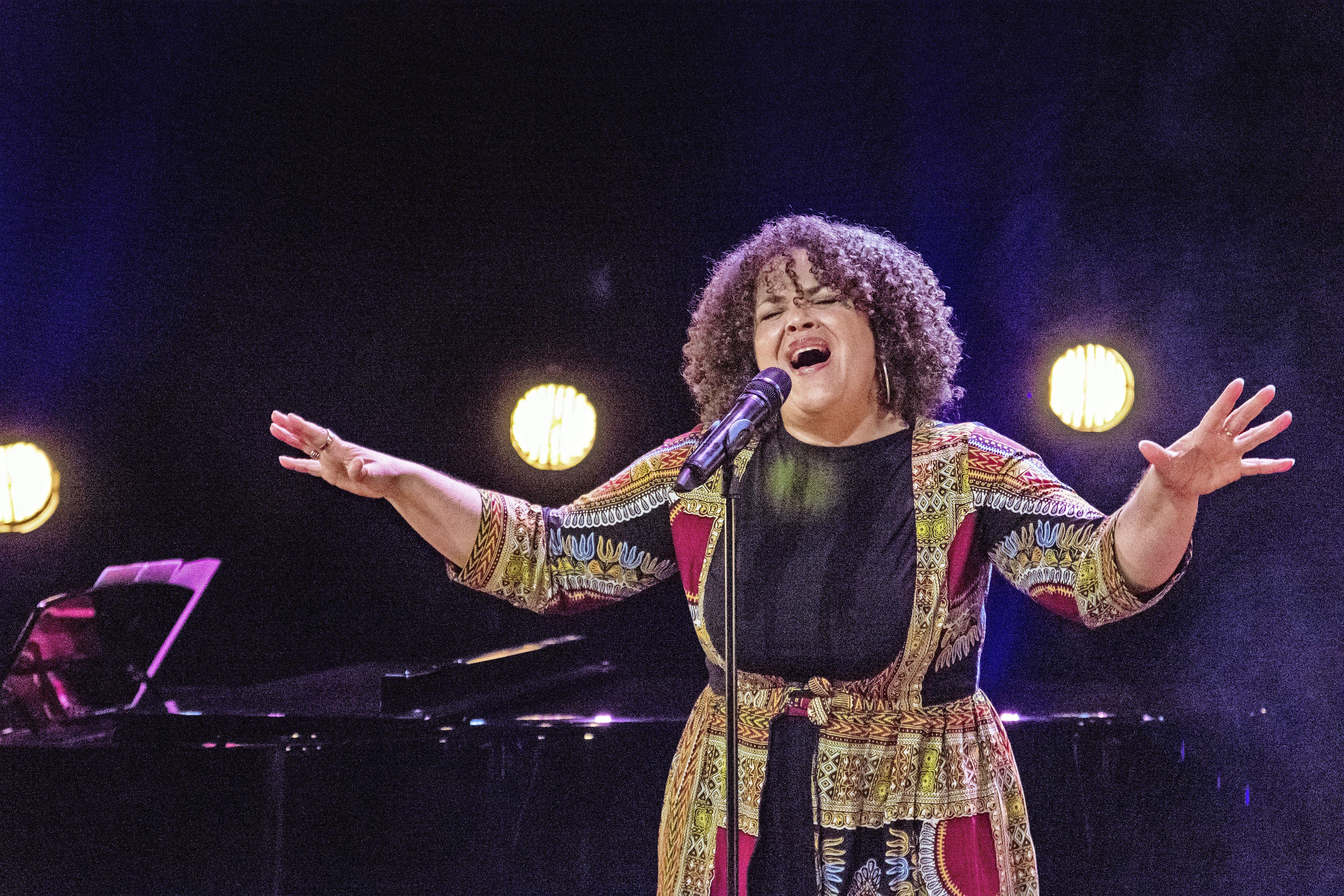 Zaanse artiesten zingen over oorlog en vrijheid: 'Zolang we oordelen over een ander, zijn we niet vrij'