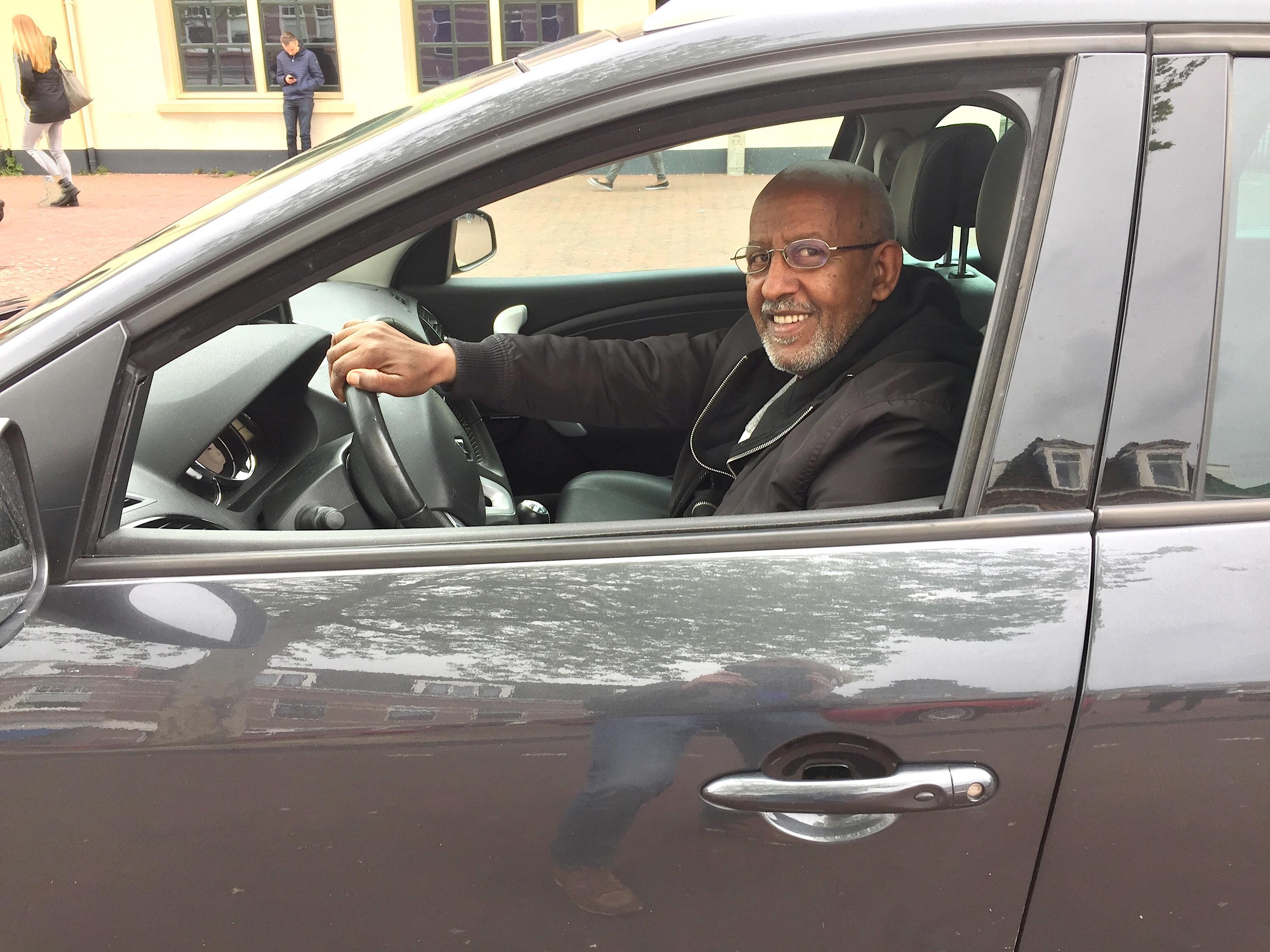 Onderweg: In Eritrea had taxichauffeur Jordanos stress van de oorlog, in Nederland houdt de bureaucratie hem uit z'n slaap