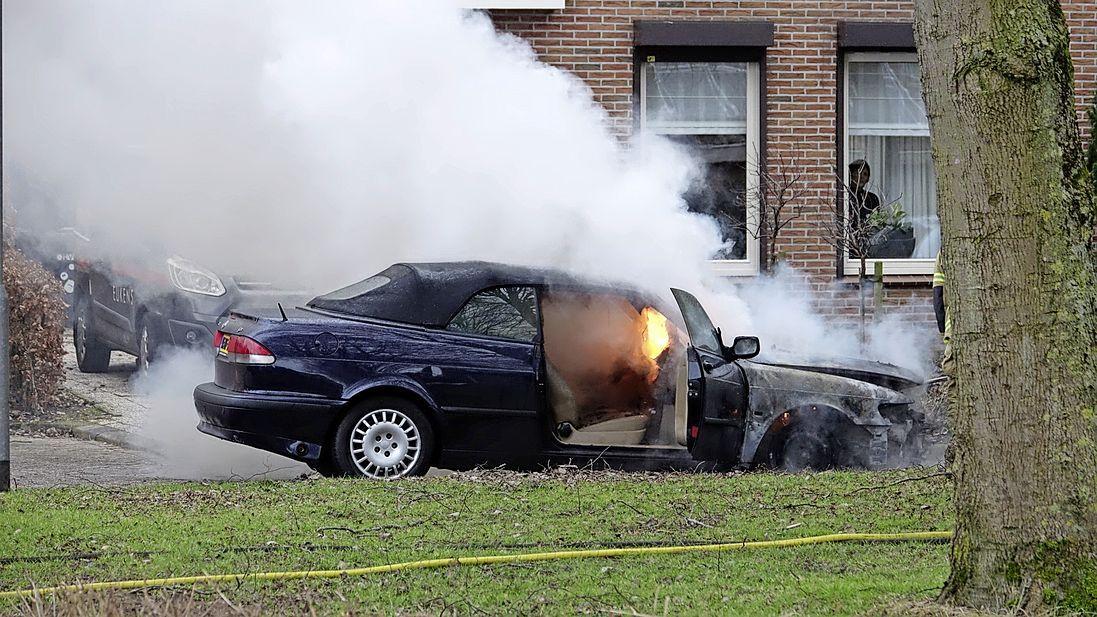 Auto brandt uit terwijl bestuurder op visite is in Westwoud, forse rookontwikkeling in de omgeving