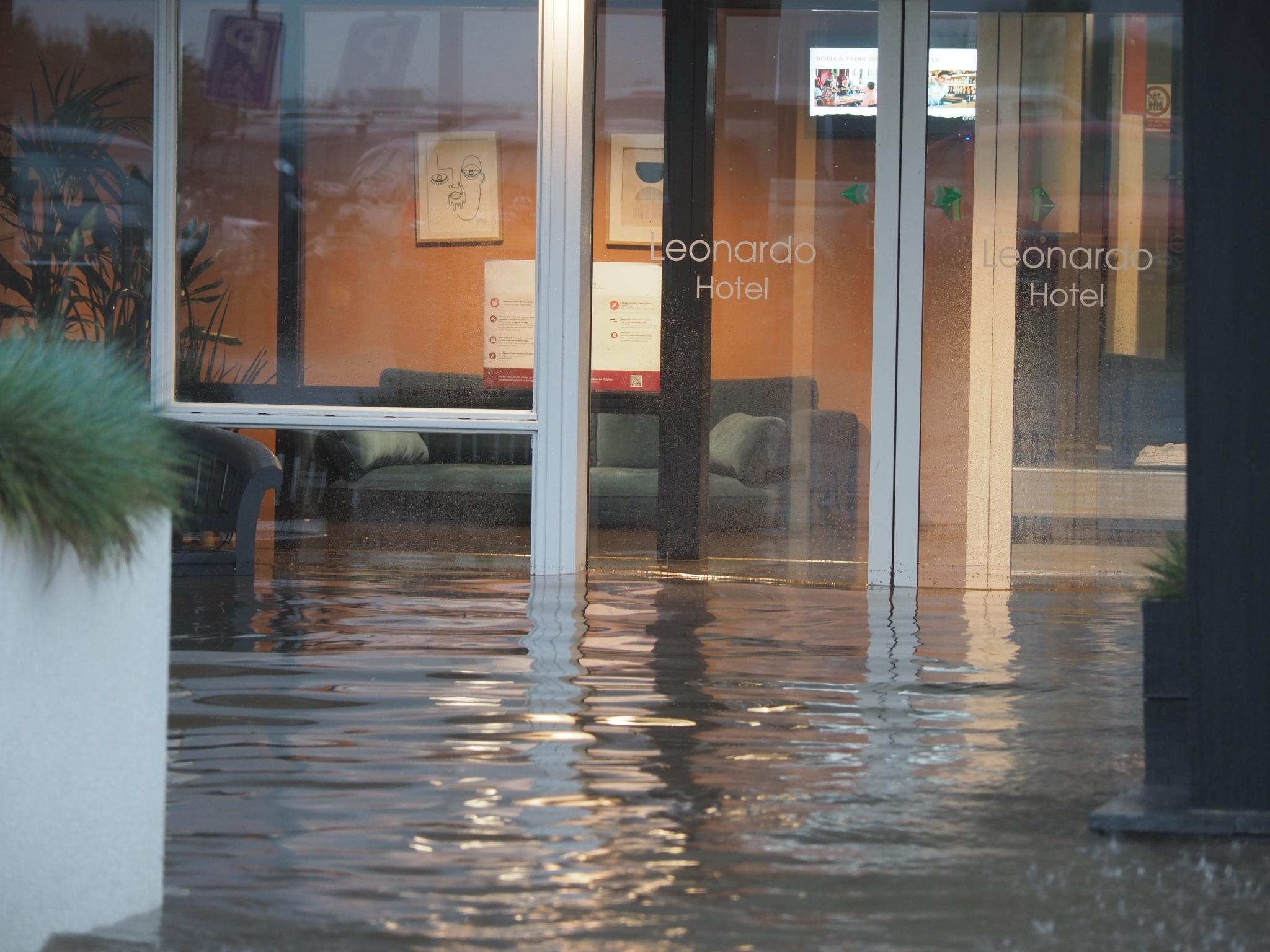 Storm houdt huis in IJmuiden: Leonardo Hotel ondergelopen. Kinderen vermaken zich wel met de regen