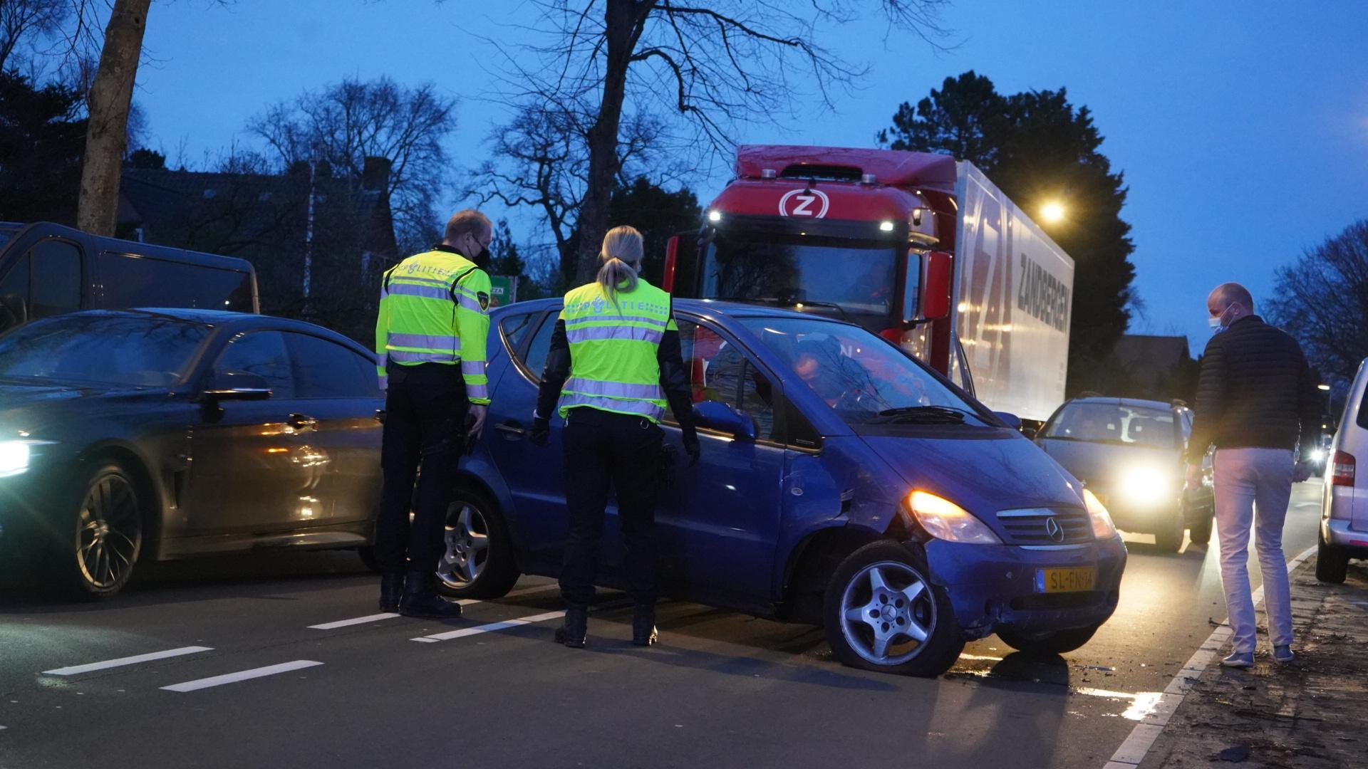 Automobilist botst tegen geparkeerde auto in Heiloo; Kennemerstraatweg deels afgesloten