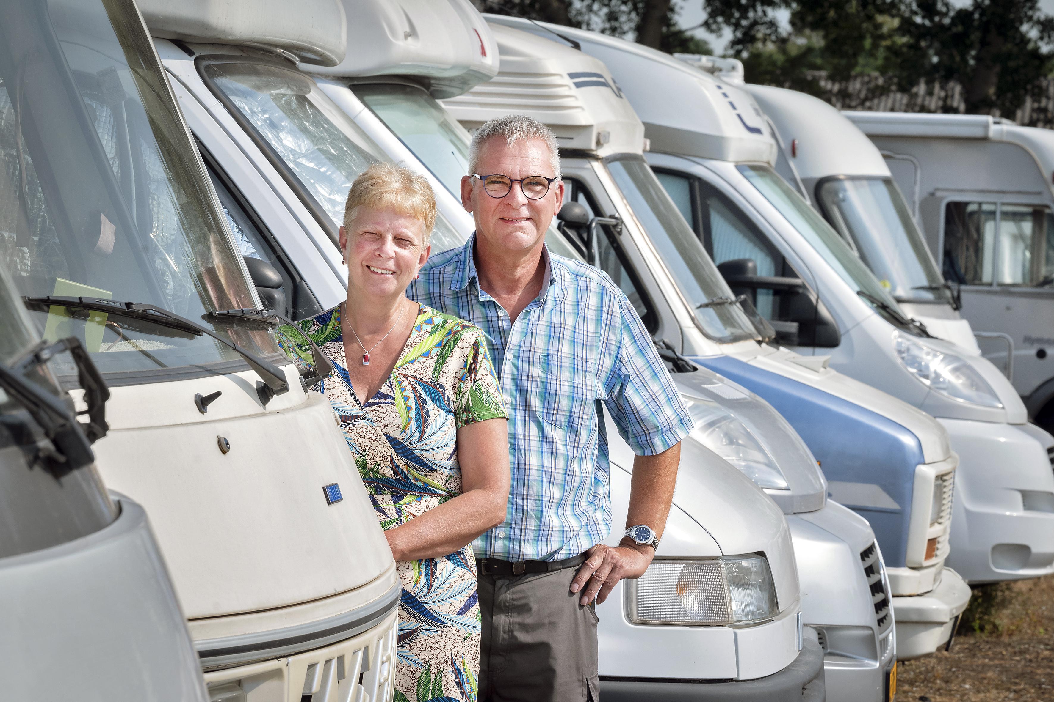 Opvolgers gezocht! Na 35 jaar willen Klaas en Alda wel een keer samen op vakantie en verkopen daarom hun succesvolle caravanstalling in Vijfhuizen