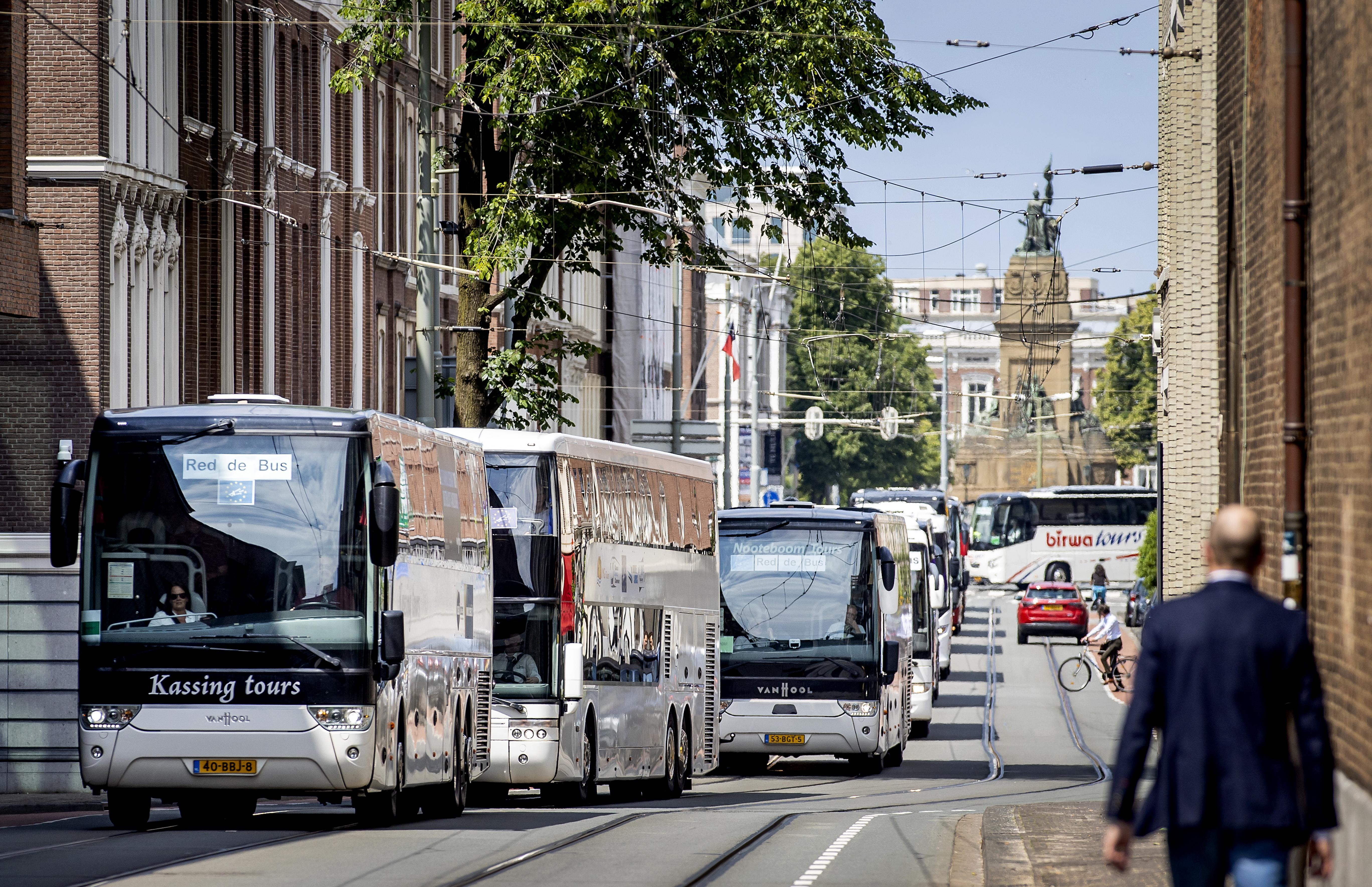 Touringcarbedrijven trekken in een stoet door Den Haag voor regeringssteun: 'Het is als een corso zonder bloemen'