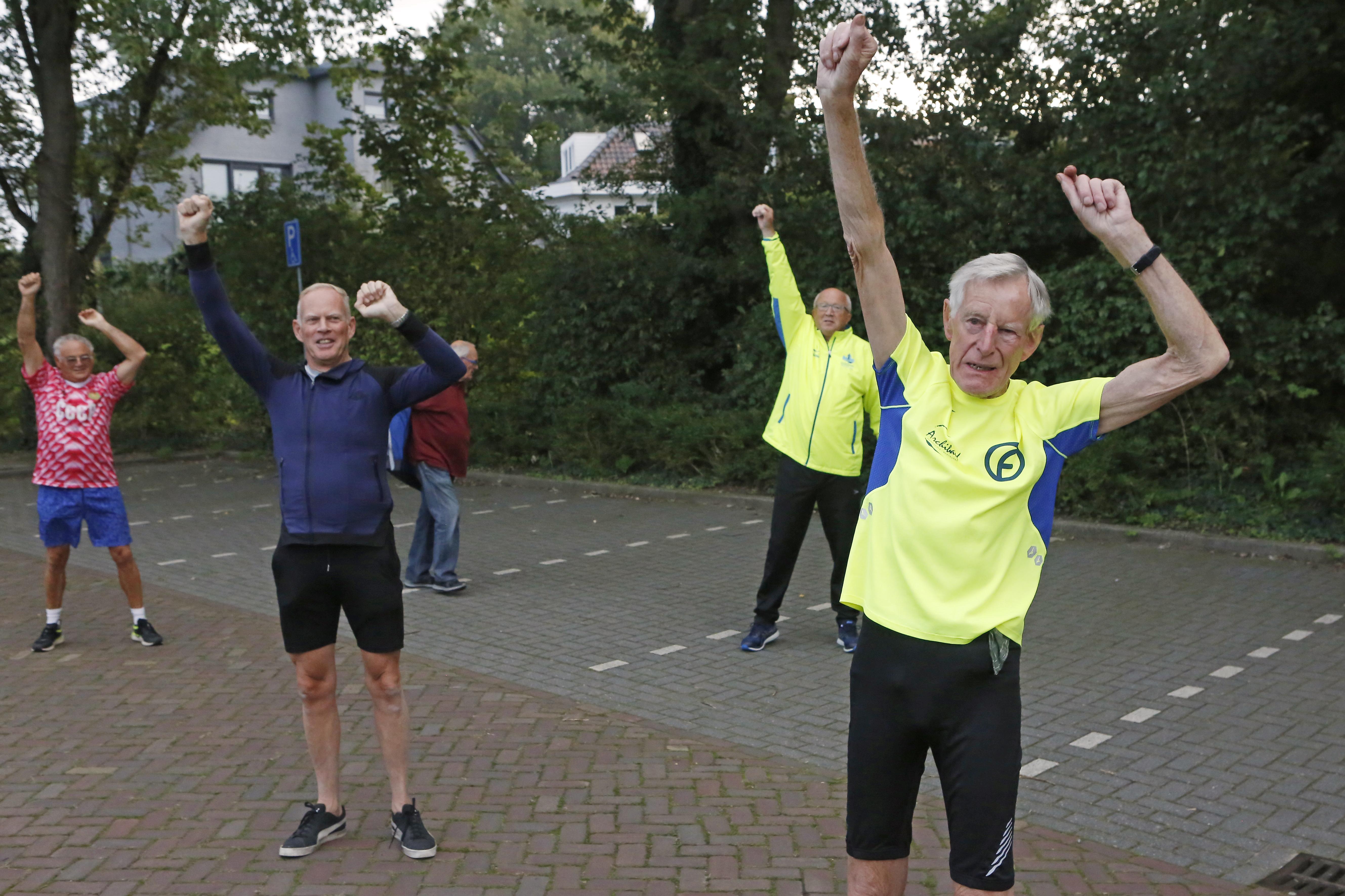 Muiderbergse trim-icoon Maarten van der Veer (83) krijgt bij zijn afscheid koninklijke onderscheiding