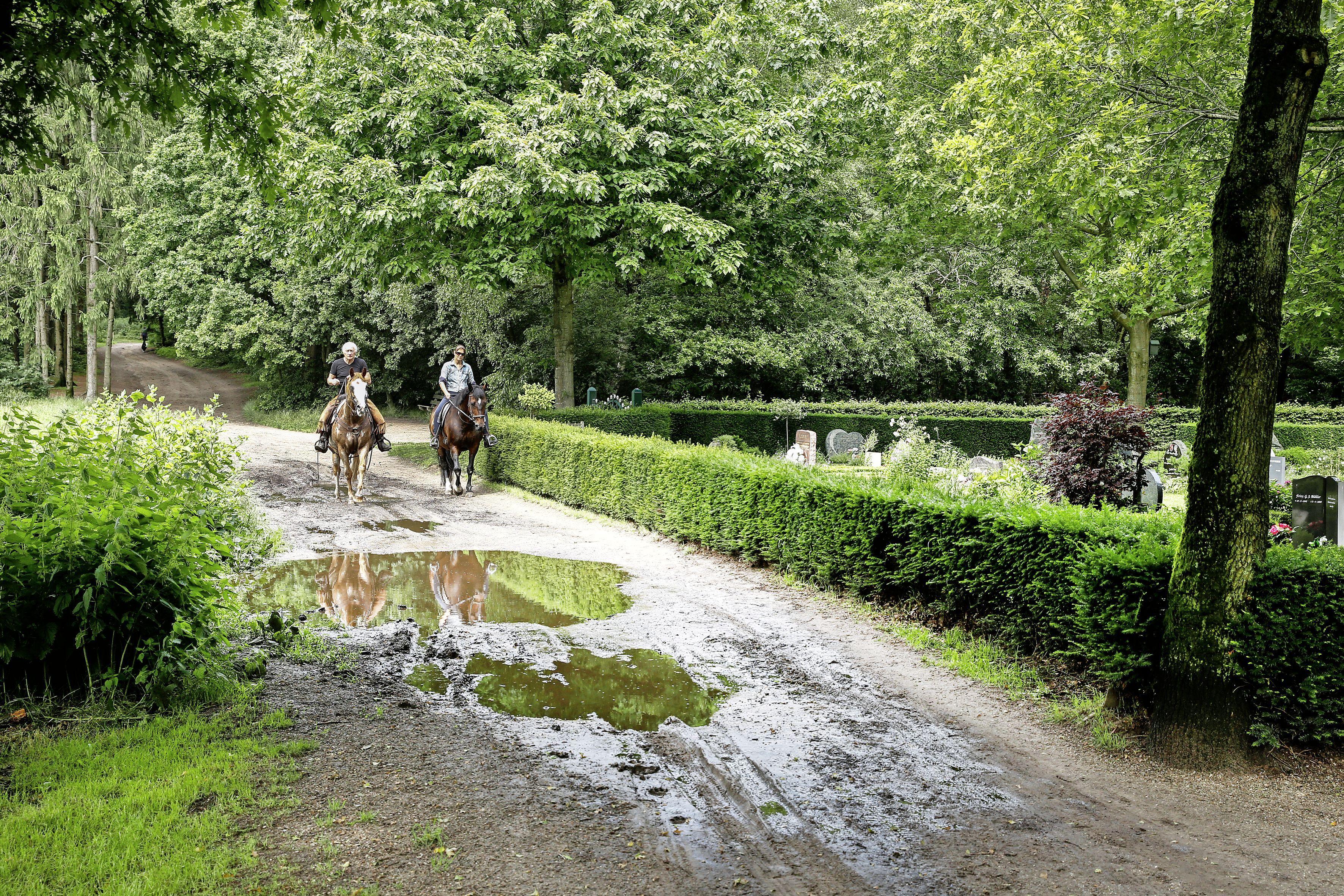Slagboom om Landalgasten te weren van deel Woensbergweg; Hart voor Blaricum vindt auto's op bospad en langs begraafplaats 'zeer onwenselijk'
