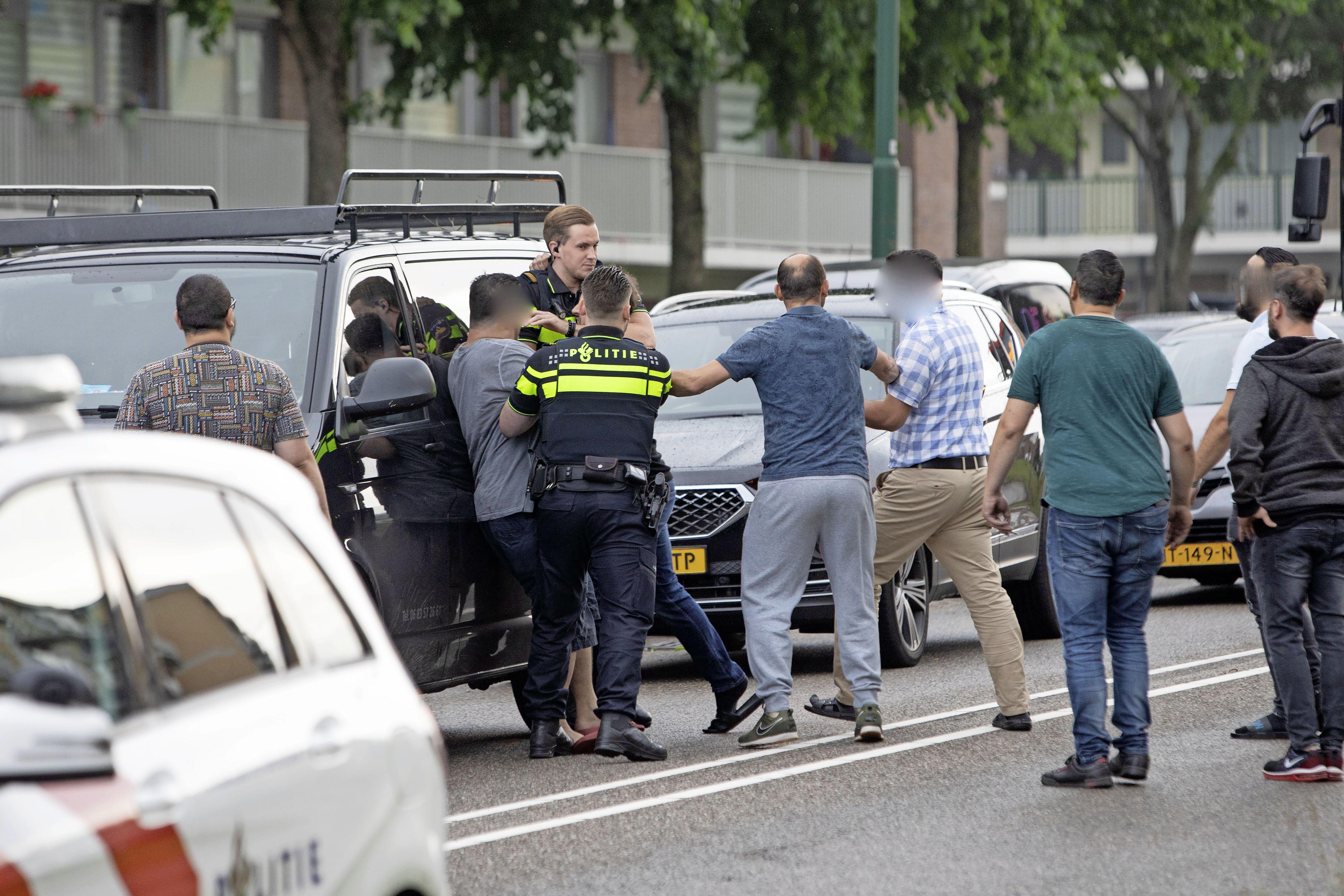 Drie Soester vechtersbazen opgepakt voor belediging en poging tot mishandeling agent bij aanrijding Dalweg; 'Menigte van tientallen omstanders zorgde voor grimmige sfeer' [video]